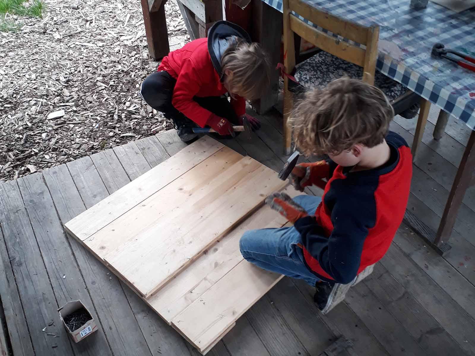 Gemeinsam wird gearbeitet, um die Hütte zu vervollständigen...