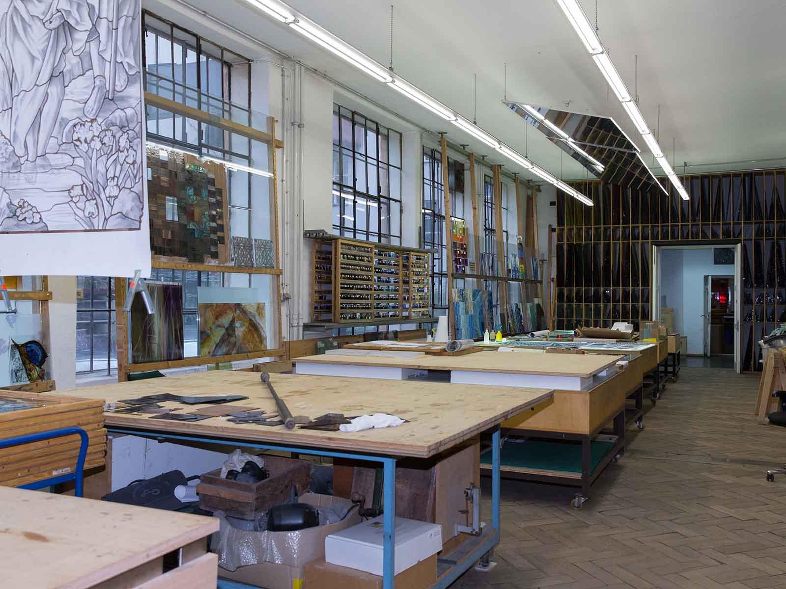 Einer der Höhepunkte der diesjährigen Pfarreireise bildete das Treffen mit dem Künstler Horst Thürheimer in der Mayr'schen Hofkunstanstalt.