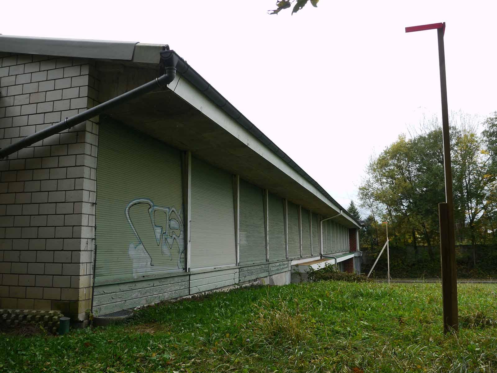 Die Bauprofile zeigen an, wo die schallhemmenden Lägerblenden am Schützenhaus angebaut werden.
