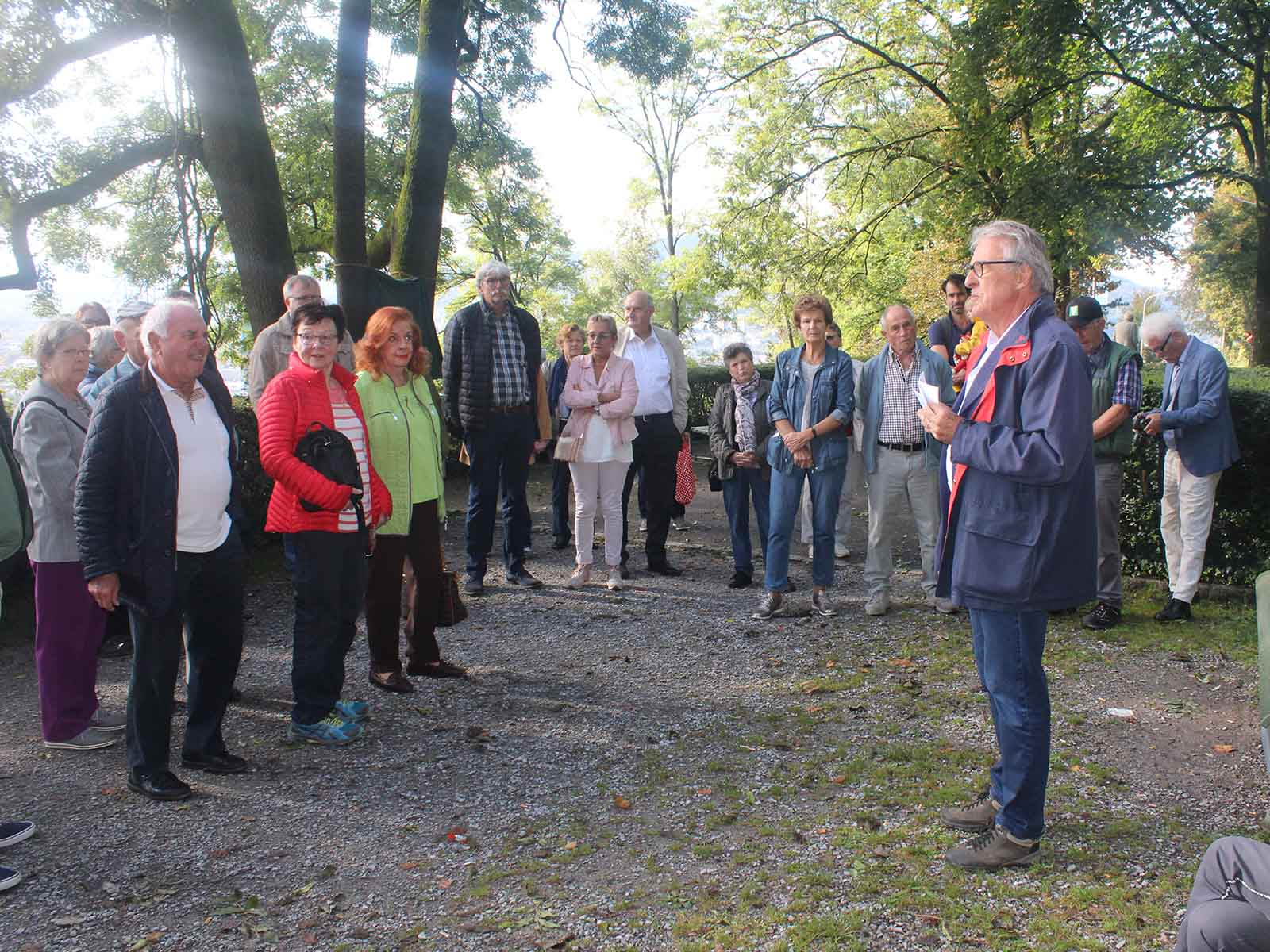Ernst Tschannen begrüsst die Gäste auf dem Herbstumgang.