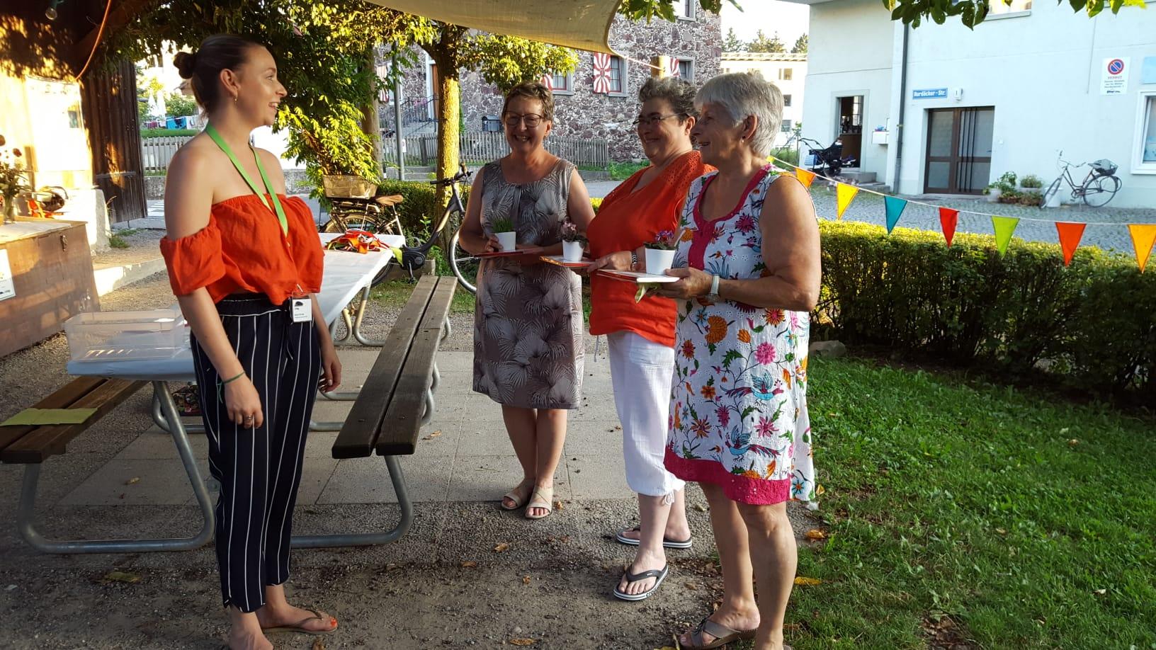 Anina Schuler und die drei Organisatorinnen des Spielnachmittags.