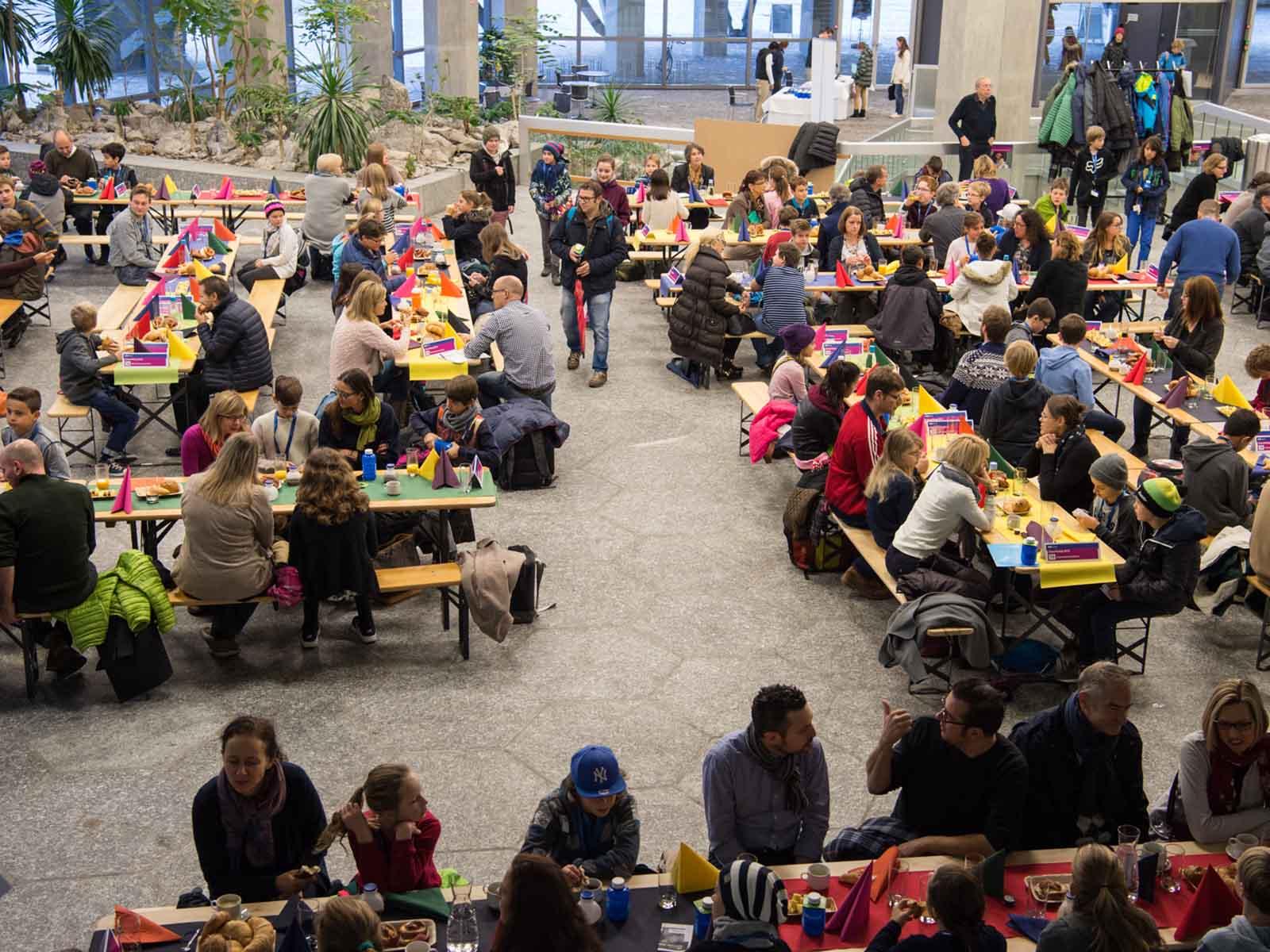 300 Schüler*innen werden im Foyer empfangen.
