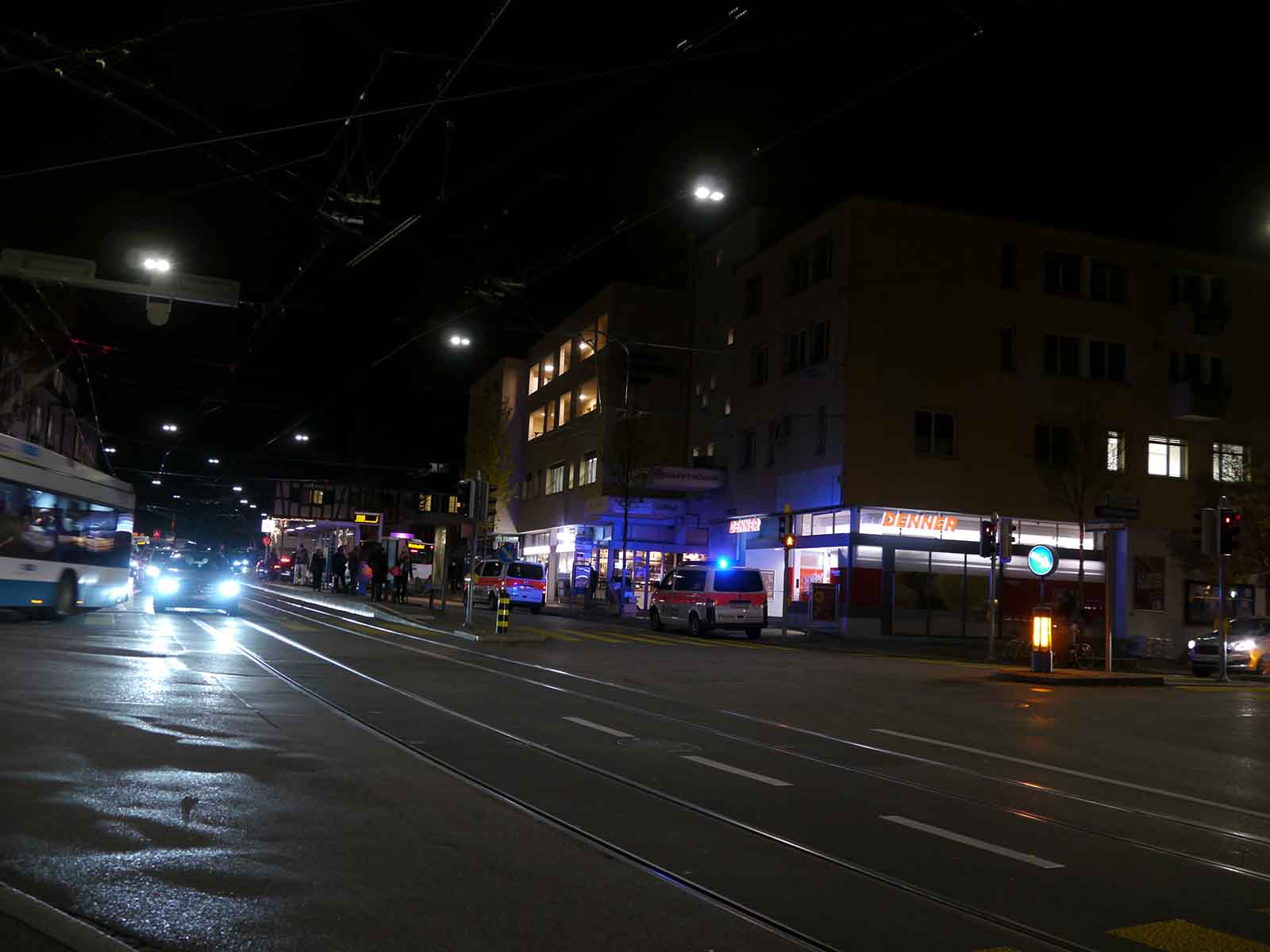 Polizeieinsatz wegen Überfall im Denner.