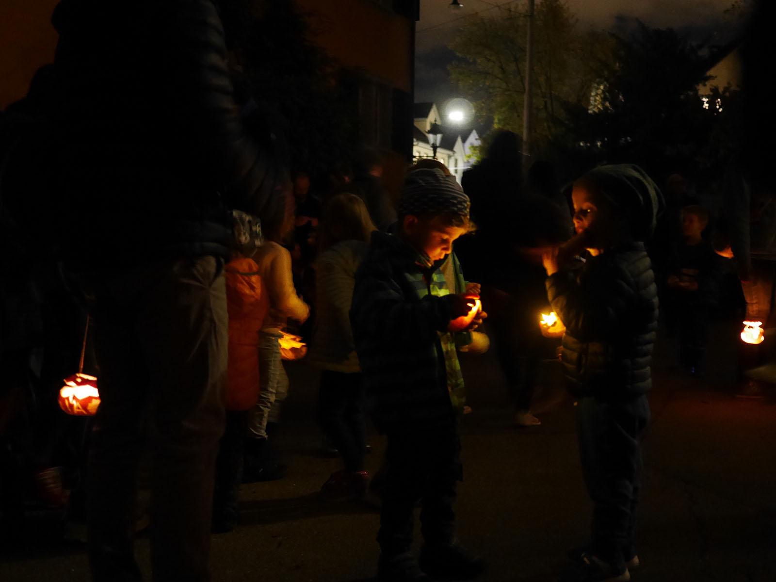 Die Kinder genossen den Spaziergang durch die Nacht.