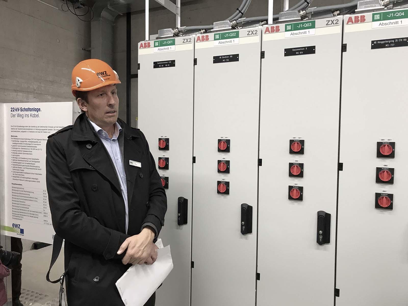Rolf Studer, der Gesamtprojektleiter der Erneuerung vom ewz Unterwerk Hönggerberg, führte durch den Rundgang.