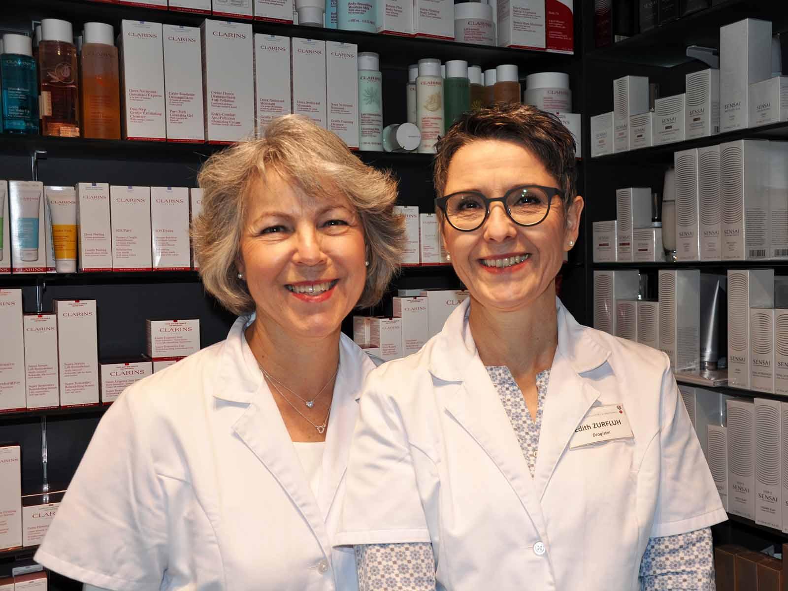 Yvonne Gujer (links) und Edith Zurfluh freuen sich über die neue Drogerieabteilung in der Limmat Apotheke.