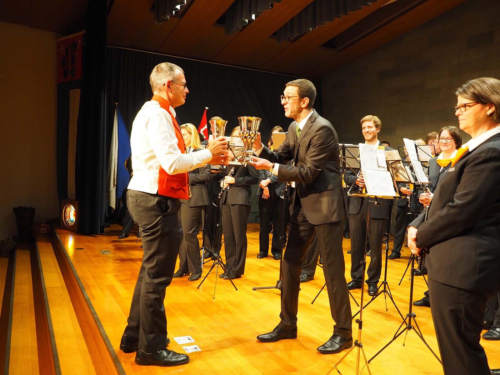 Verbunden im Quartier: Zunftmeister Walter Zweifel bedankt sich beim Dirigenten des Musikvereins Höngg ...
