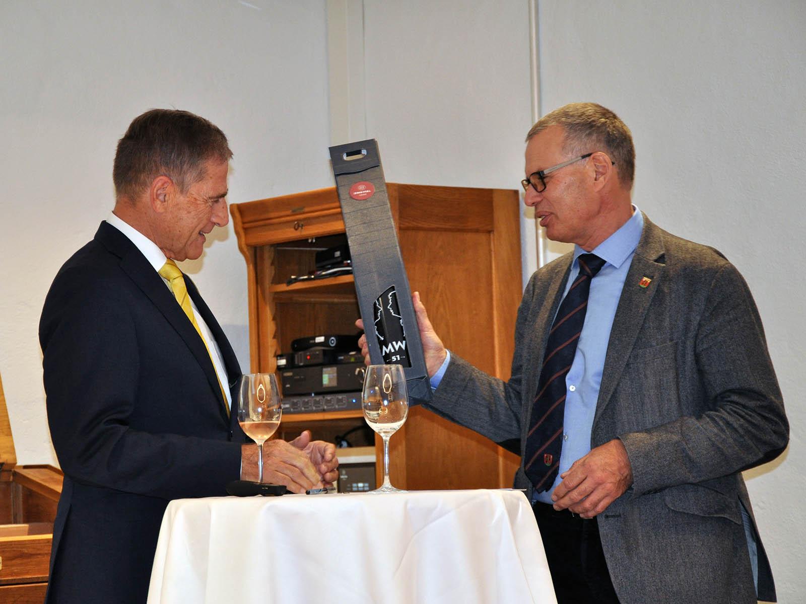 """Ein Geschenk """"von Walti zu Walti"""": Walter Zweifel überreichte Walter Käser einen MW 51 Assemblage."""
