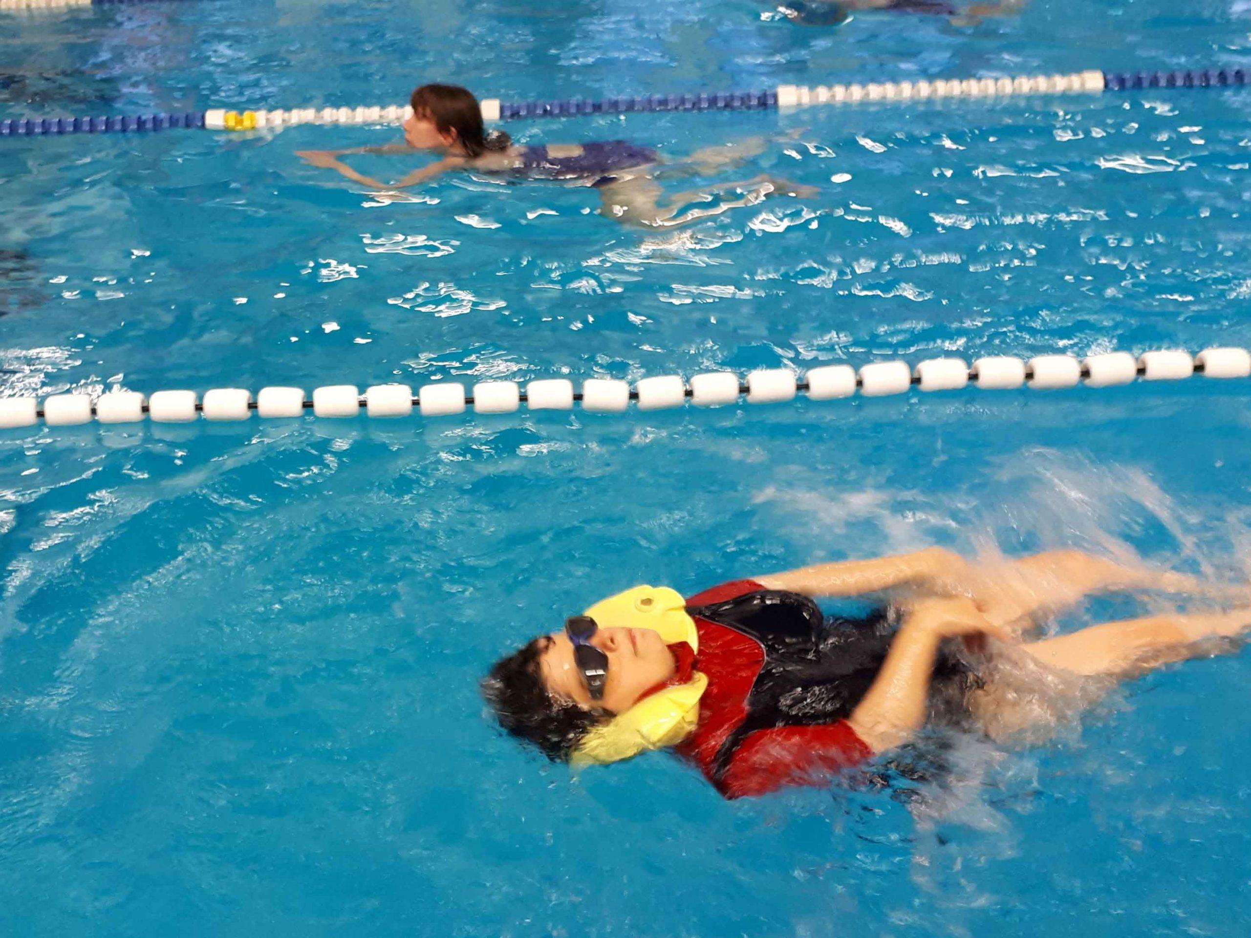Schwimmen für einen guten Zweck: Eine Gruppe des BSCZ und die Jugendlichen der SLRG Höngg erschwammen einen vierstelligen Betrag zugunsten des Behinderten-Sport Clubs Zürich.