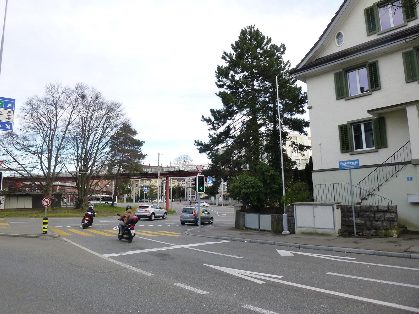 Von hier aus, wo die Tièchestrasse in den Bucheggplatz mündet, hat der unbekannte Täter auf den Autofahrer geschossen.
