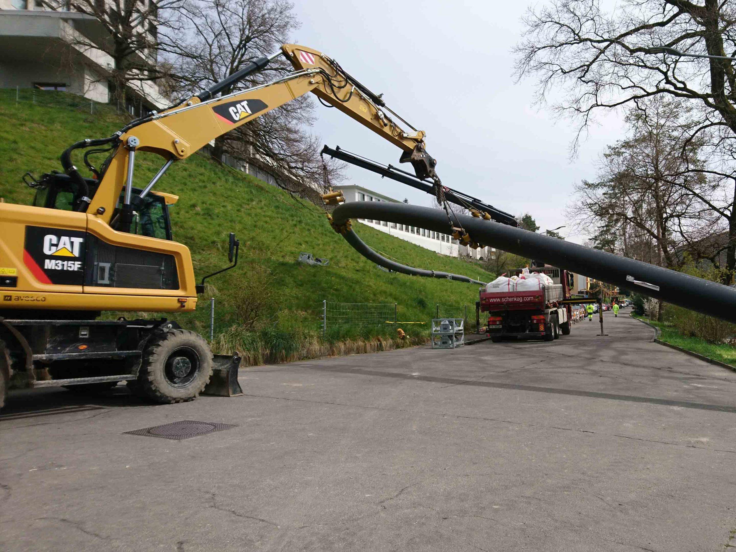 Mit schweren Maschinen wird das 260 Meter lange Rohr bearbeitet.