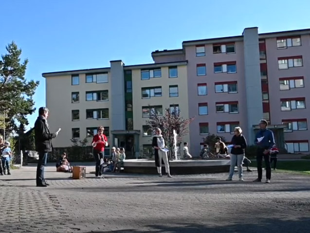 Im Riedhof sang eine Gruppen im Abstand für die Anwohnerinnen