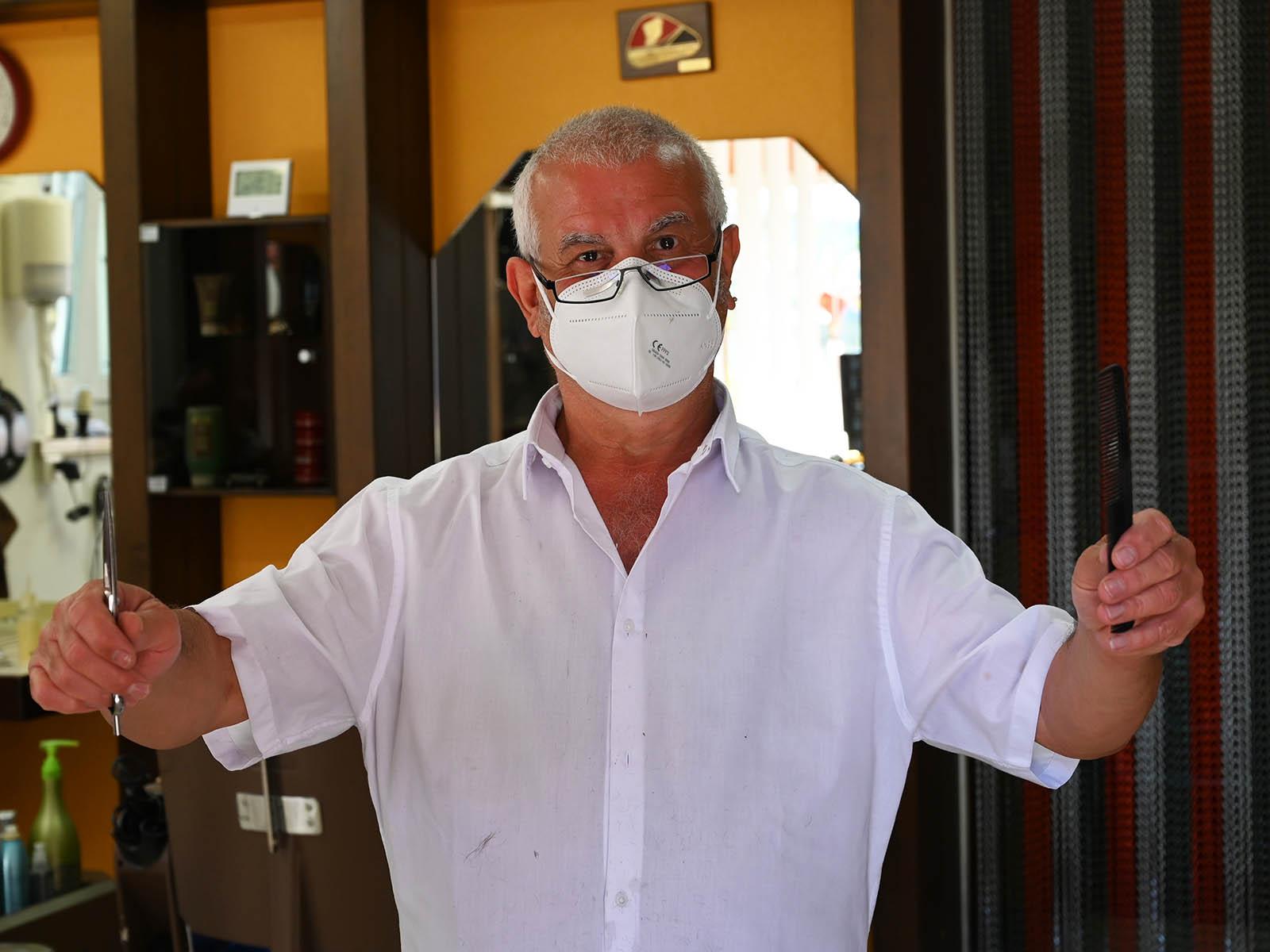 Der Herren-Coiffeur Michele Cotoia freut sich, endlich wieder seiner Passion nachgehen zu können.