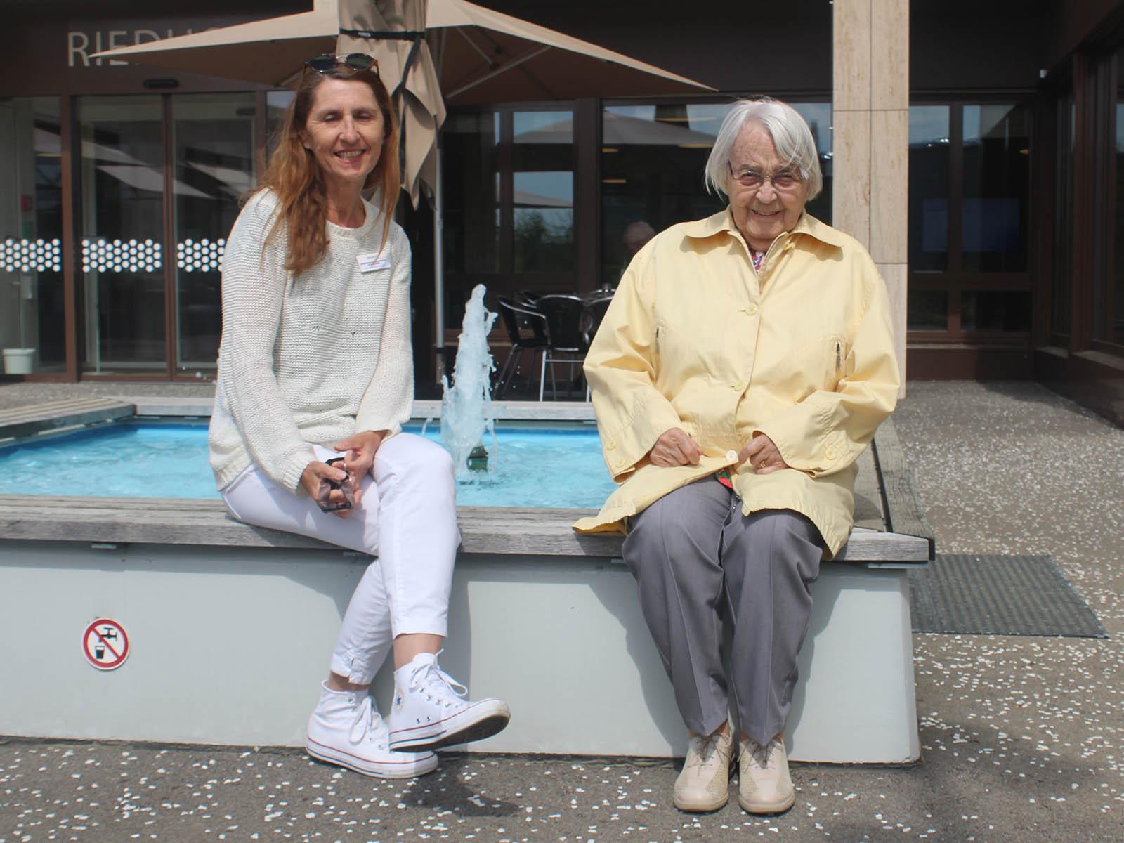 Erika Ehing und E. A. geniessen die Sonne auf der Riedhofterrasse trotz der Krise.
