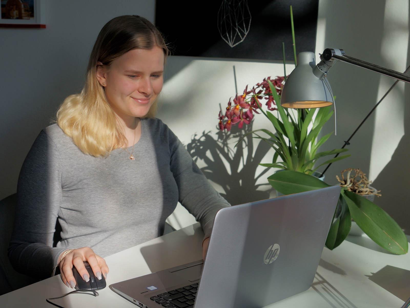 Sari Robustelli muss Beruf und Schule von zuhause am Laptop bewältigen.