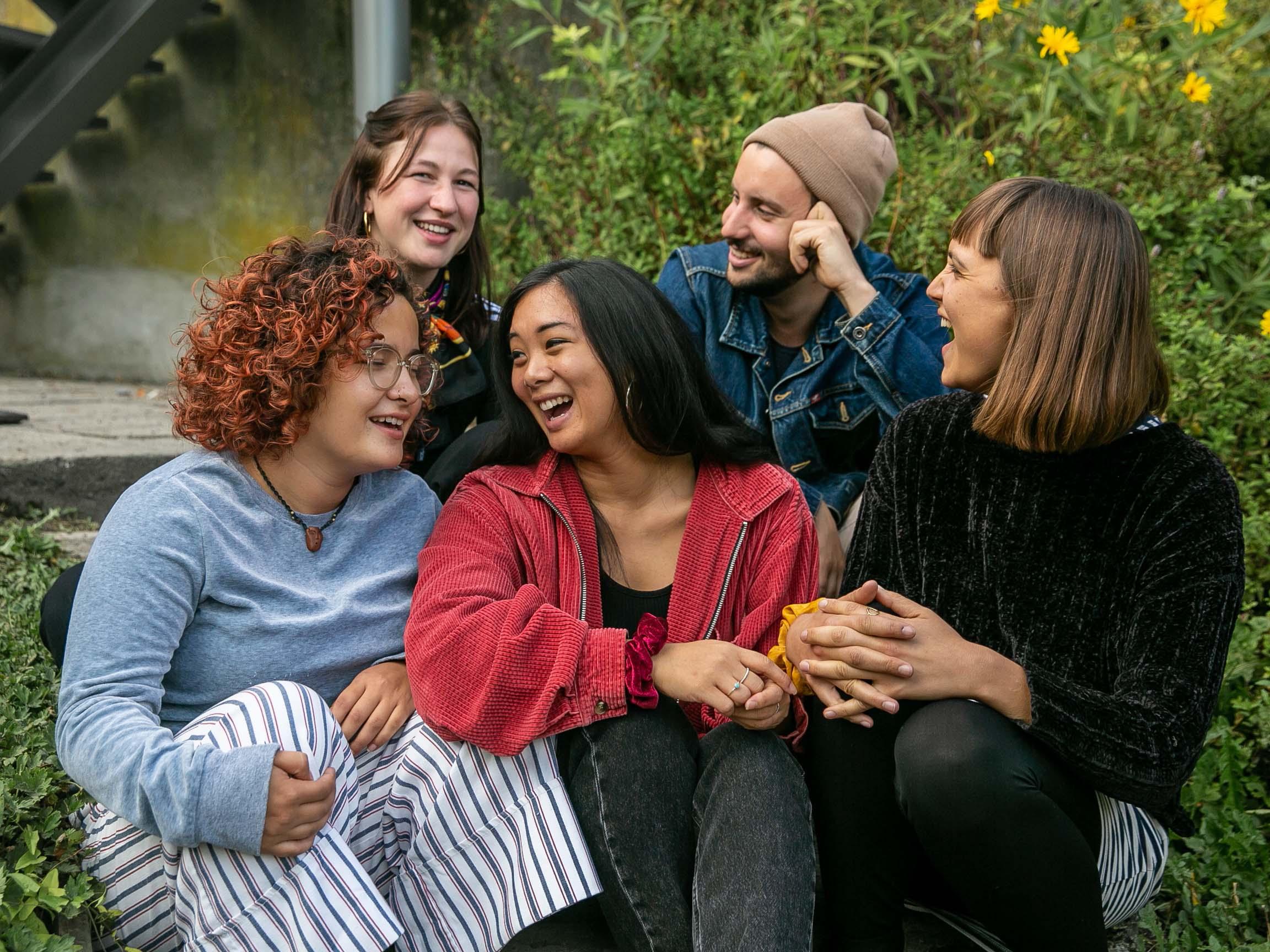 Die fünf Jugendarbeitenden der JAH; unten v.l.n.r. Joyce Otazo, Cynthia Honefeld, Sofia Hadjisterkoti, oben v.l.n.r. Hanna von Aesch und Ian Wunderli.