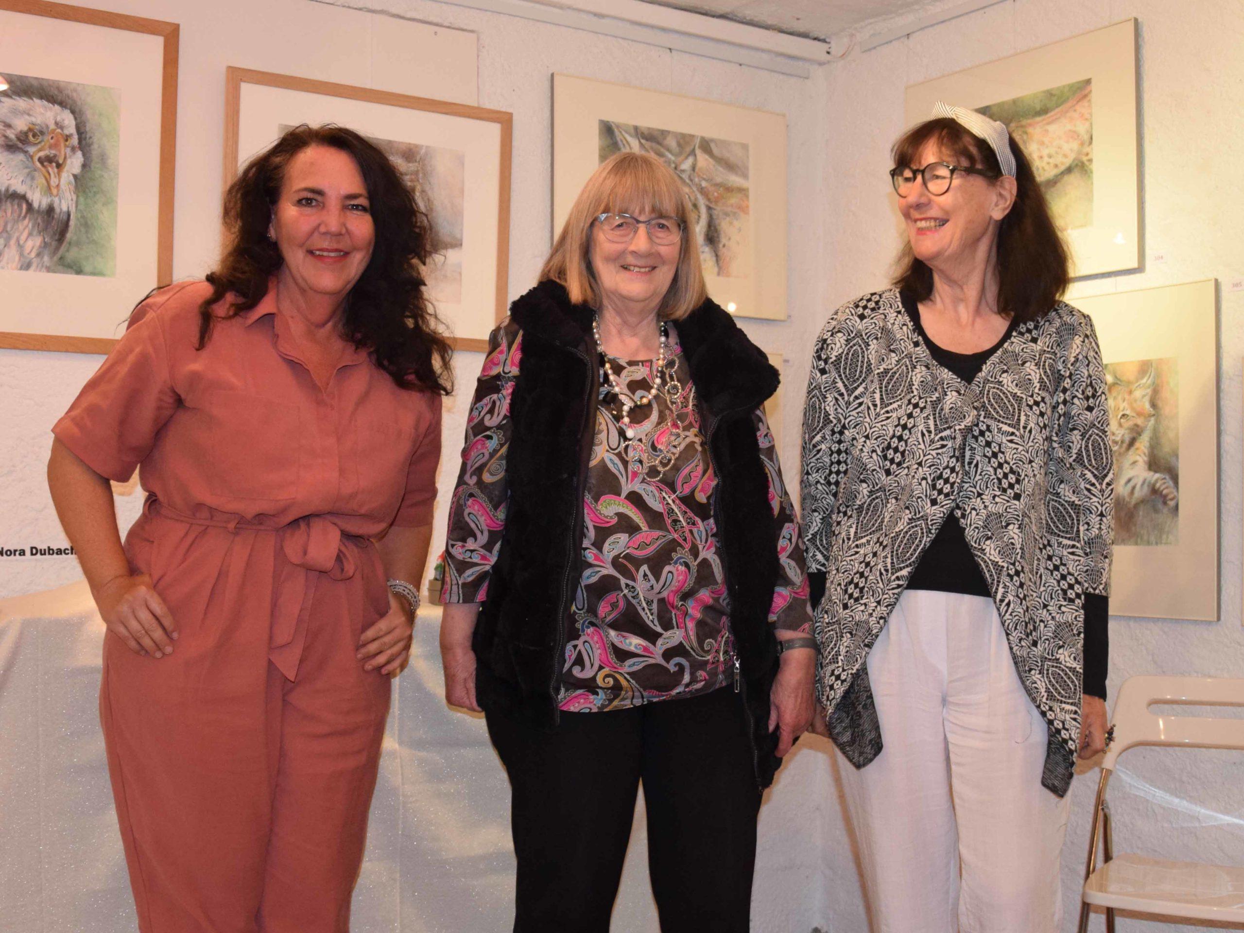 Die drei Künstlerinnen Manuela Uebelhart, Rosmarie Lendenmann und Nora Dubach (v.l.n.r.) schauen lächelnd auf die letzten zehn Jahre zurück.
