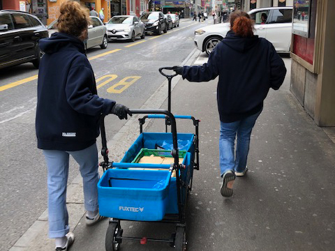 Joyce Otazo (rechts) und eine weitere Helferin bei einem Einsatz an der Langstrasse.