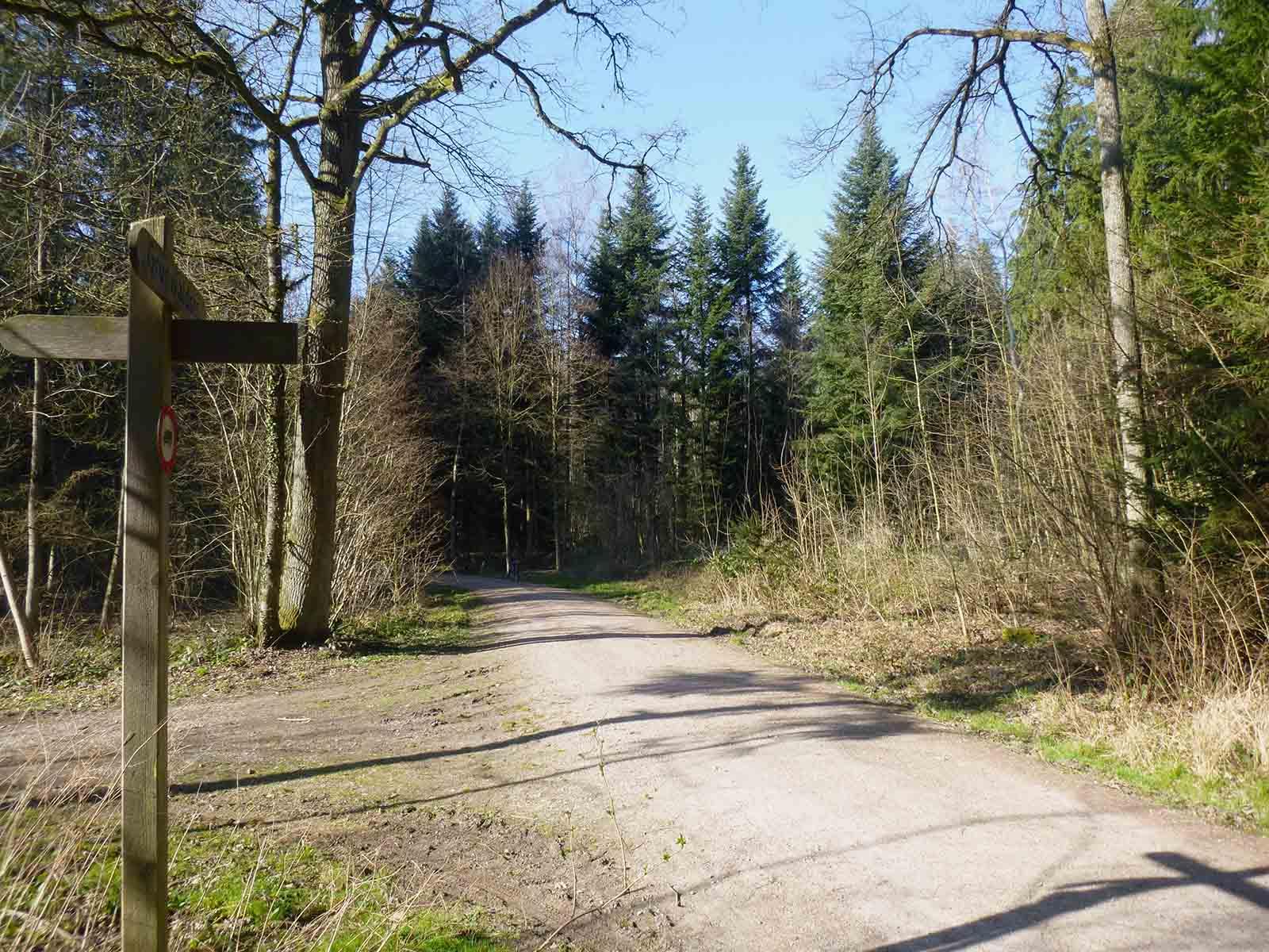 An dieser Kreuzung stand das ehemalige Munitionshaus auf der rechten Seite.