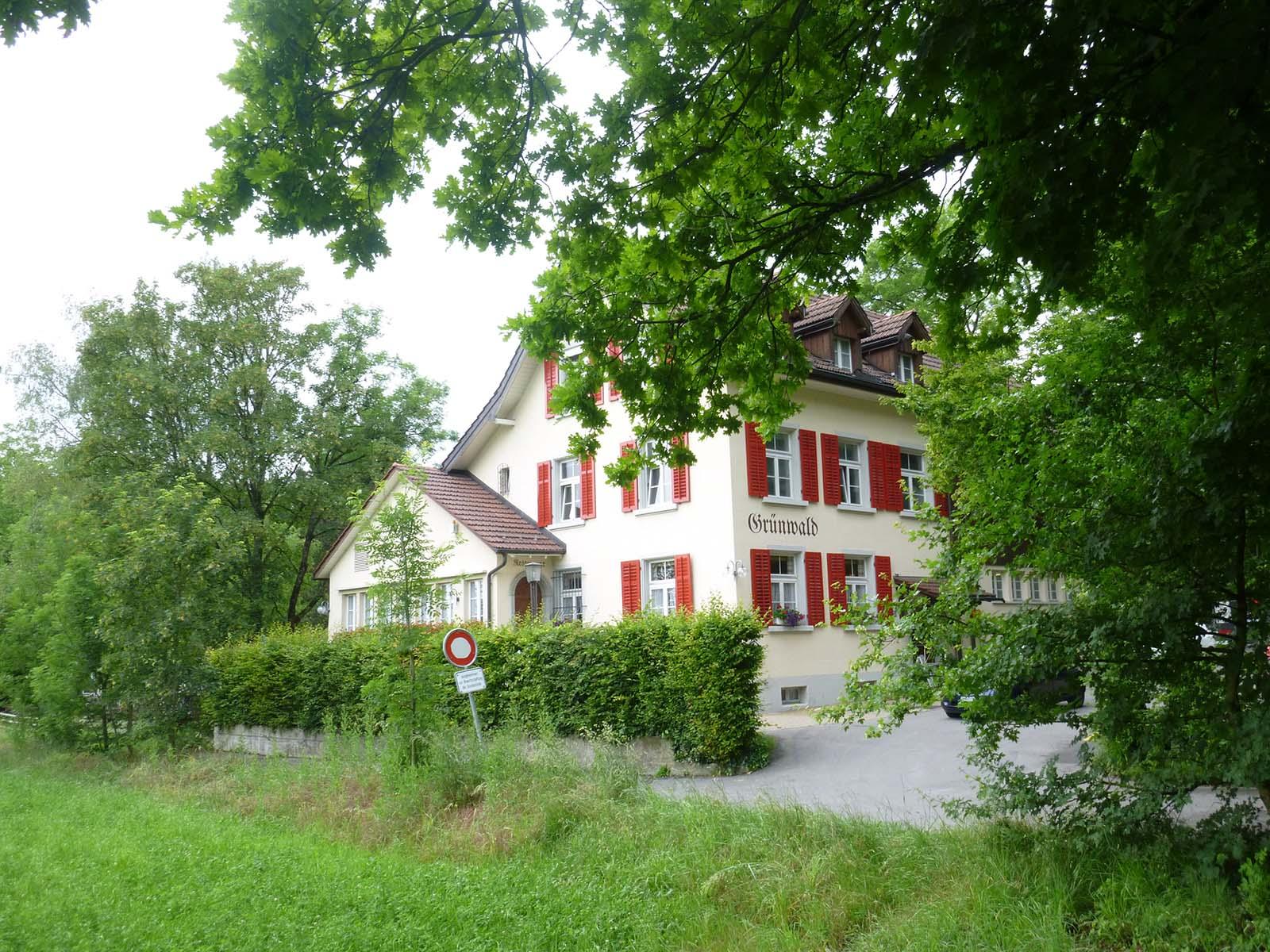 """Das Restaurant Grünwald bietet vorübergehend über Mittag warme Mahlzeiten für """"Büezer*innen"""" an."""