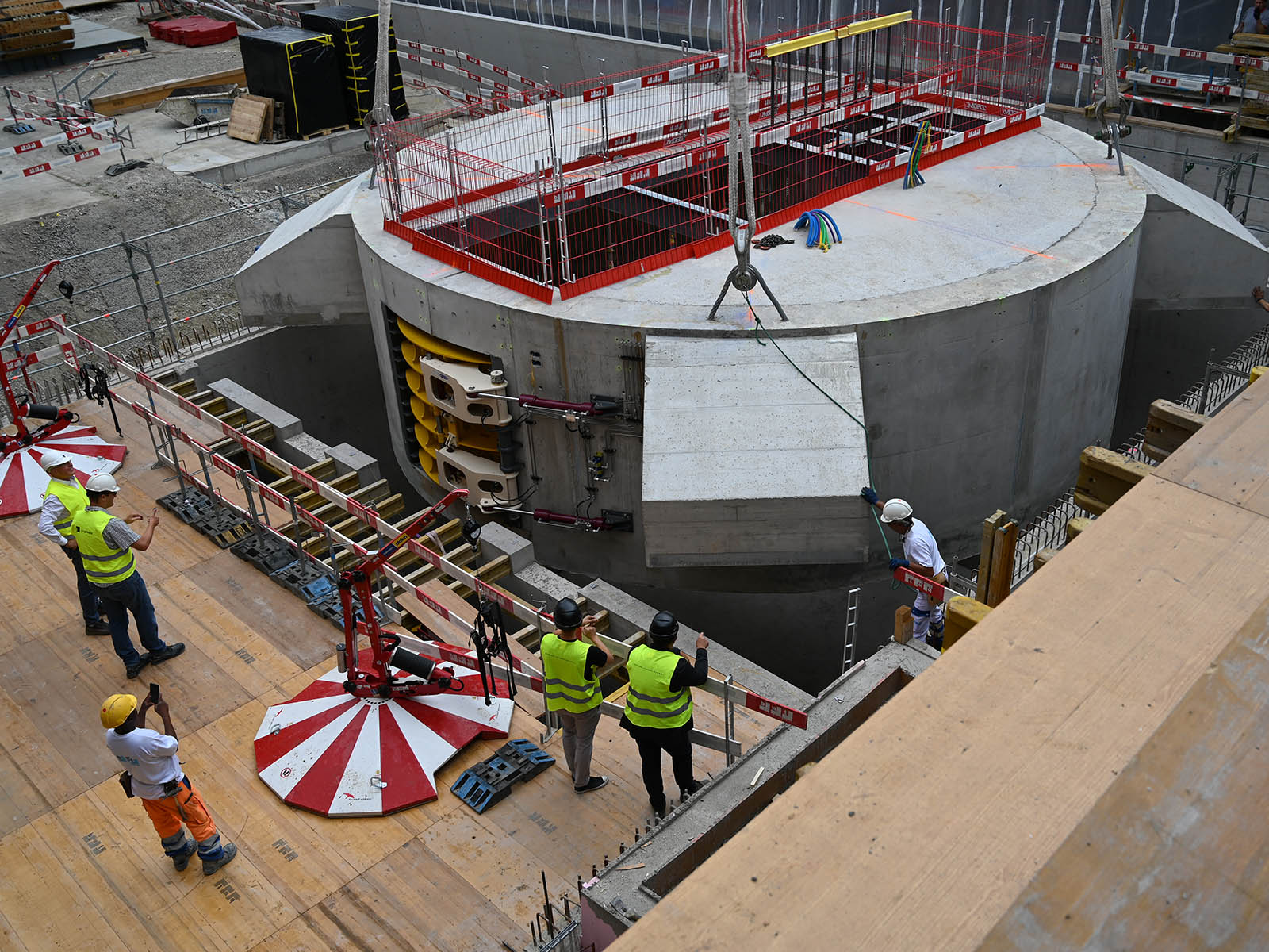 Der Betonzylinder für die Zentrifuge wird in den Boden eingeschwenkt.