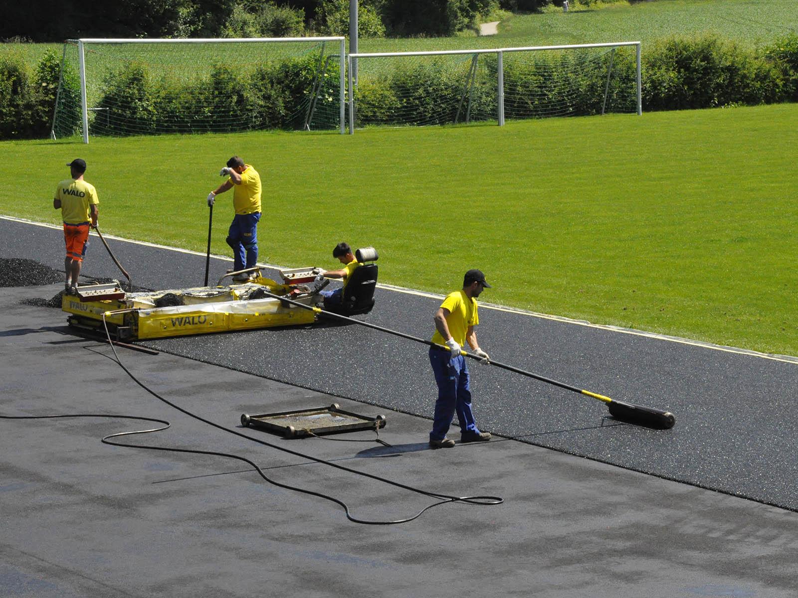 Vor dem Deckbelag bauten die Arbeitenden den Schwarzbelag ein.