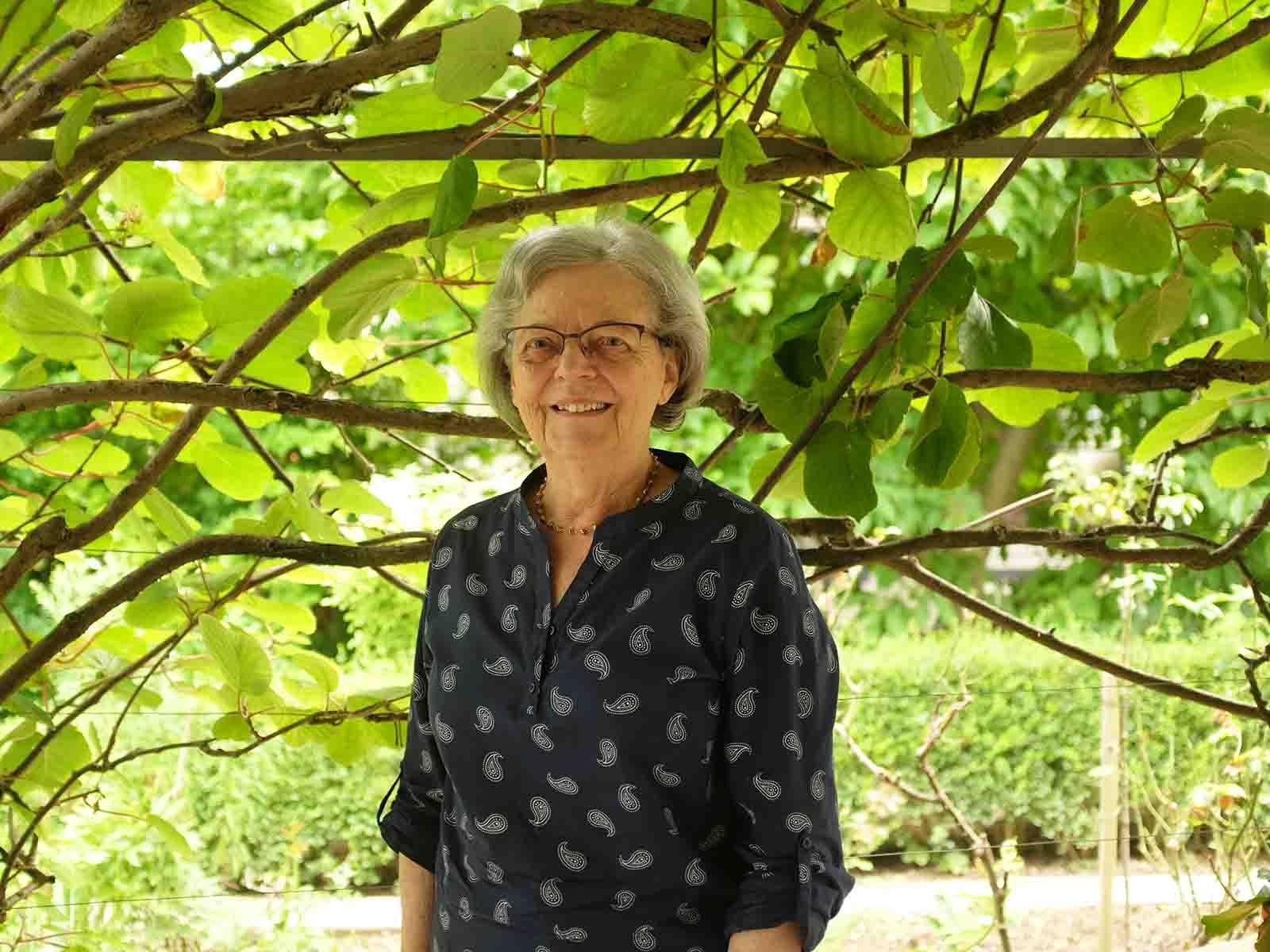 Trudi Hintermann im Garten ihres Hauses, in dem sie seit 1968 lebt.