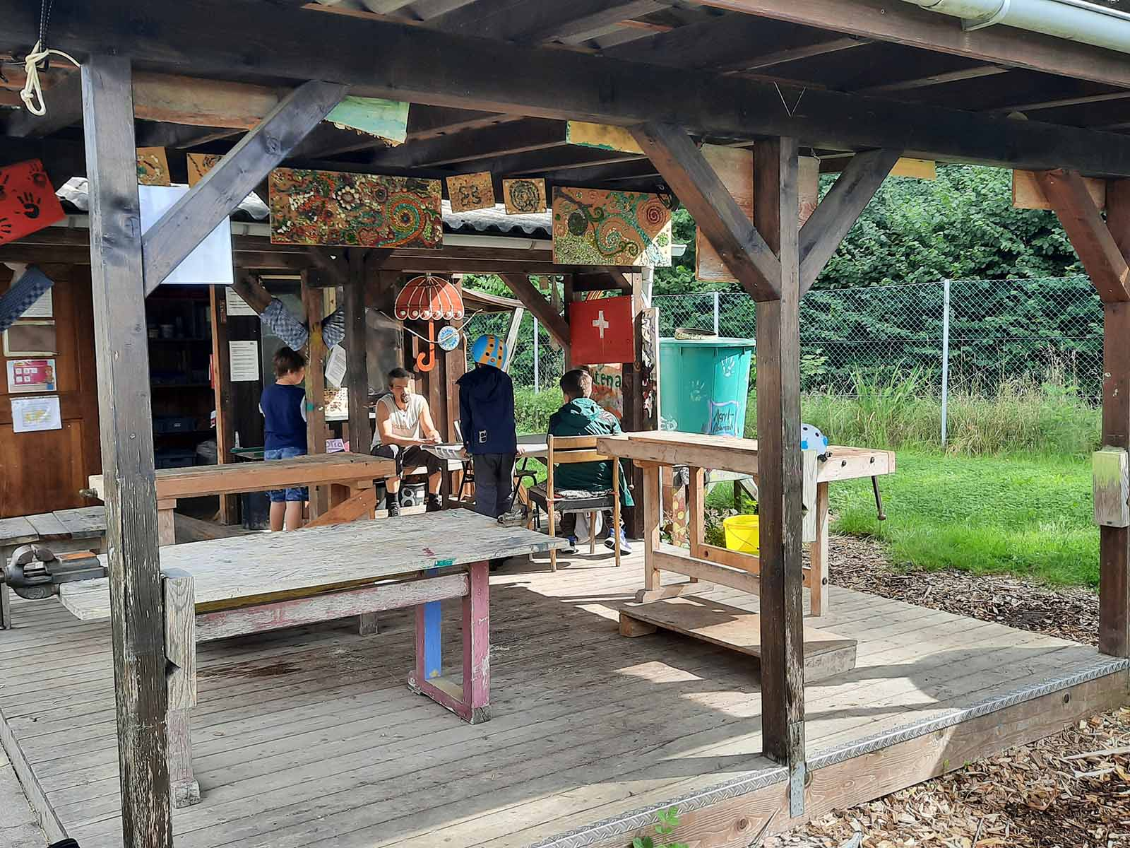 Lagebesprechung unter Baumeistern in der Sommerbauwoche.