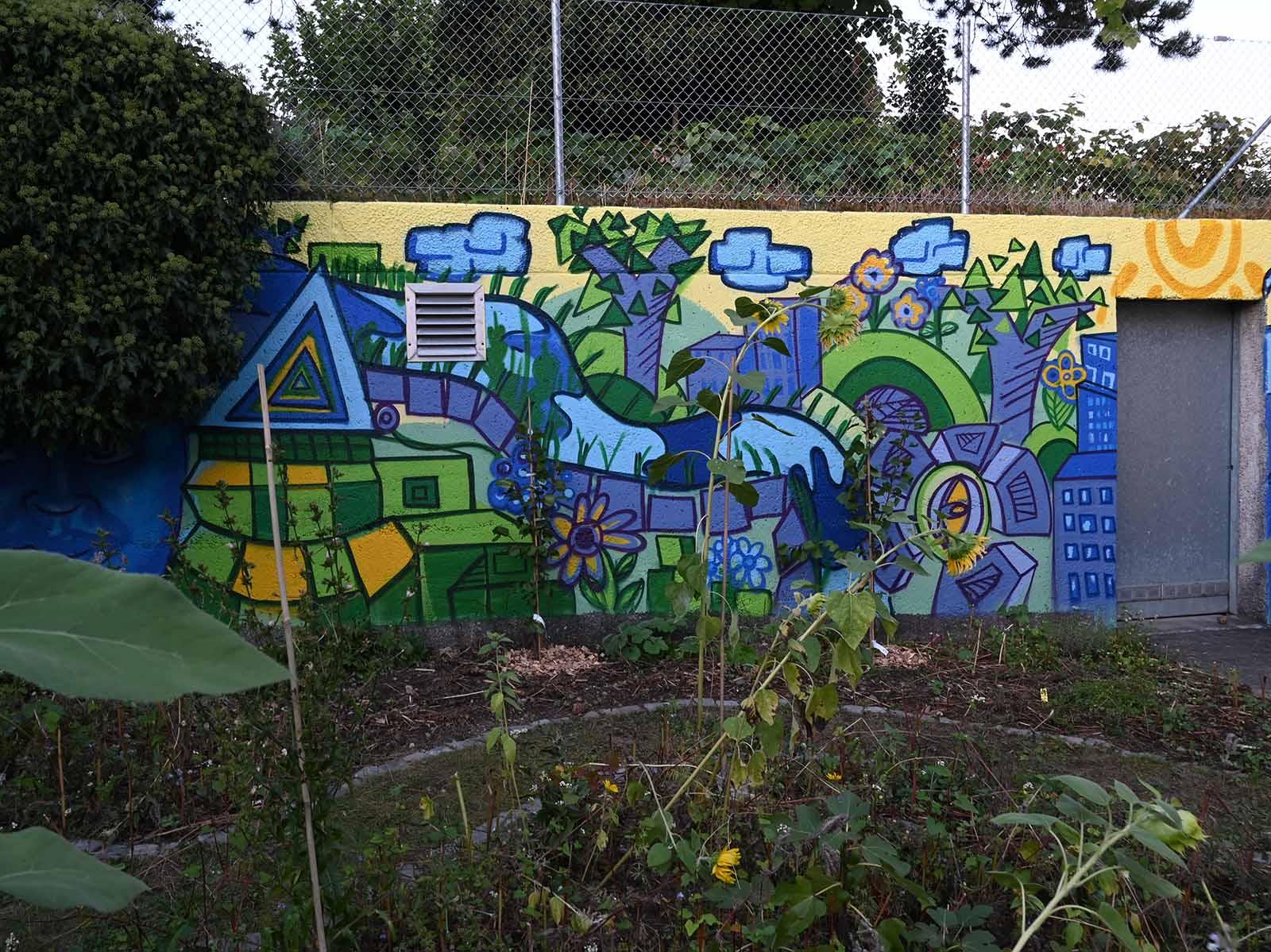 Das Graffiti bringt Farbe in den Aussenraum des reformierten Kirchgemeindehauses Höngg.