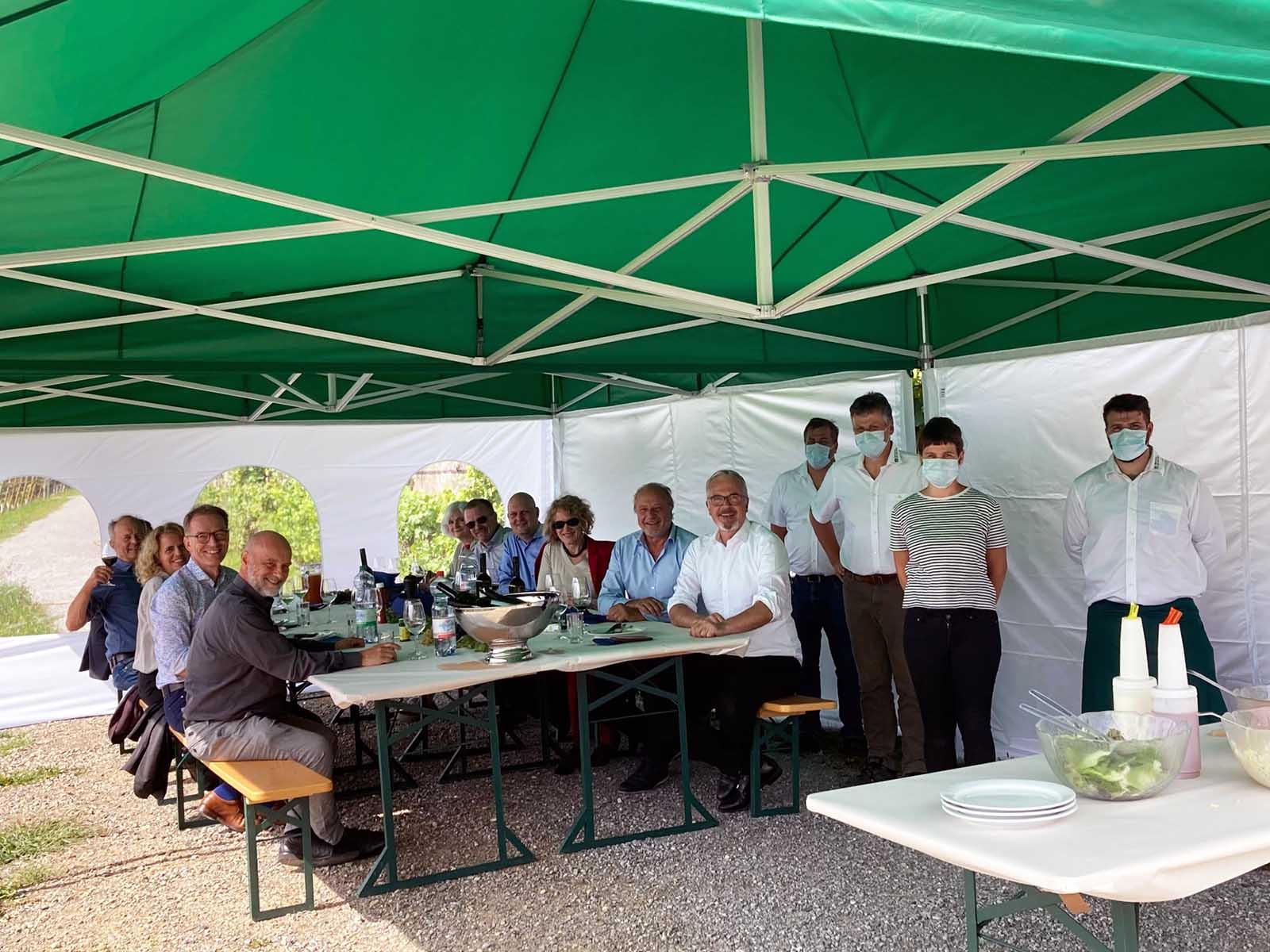 Der Stadtrat trifft sich einmal im Jahr in Höngg beim Rebberg des städtischen Landwirtschaftsbetriebs Juchhof. Rechts im Bild die Stadtwinzerin und Vertreter von Grün Stadt Zürich.