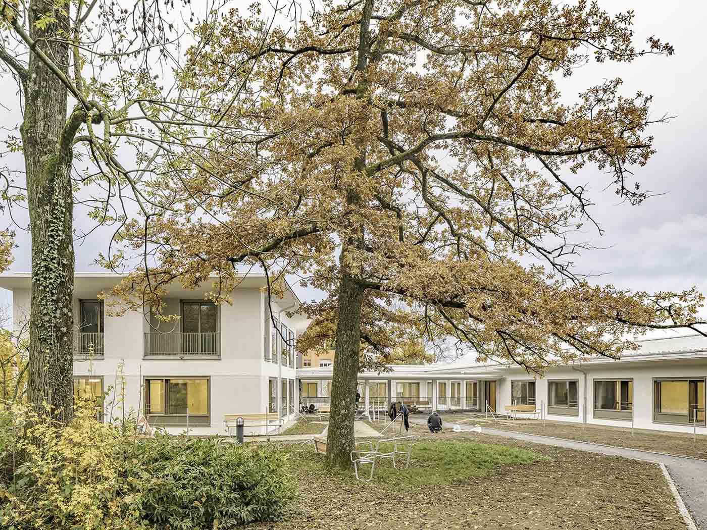Pflegezentrum Zürich Bombach, Haus B, Blick zur Eingangszone.