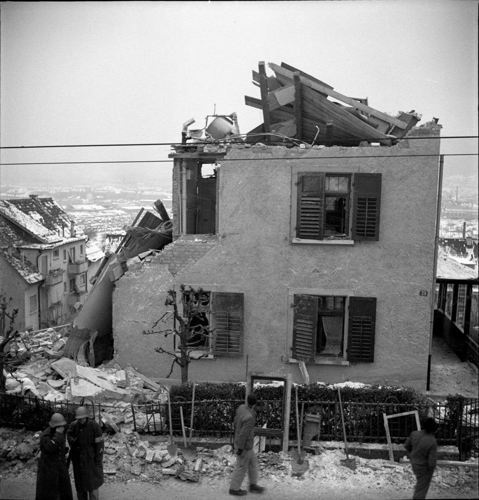 Das durch Bomben zerstörte Haus an der Limmattalstrasse 23 in Zürich-Höngg, 22.12.1940.