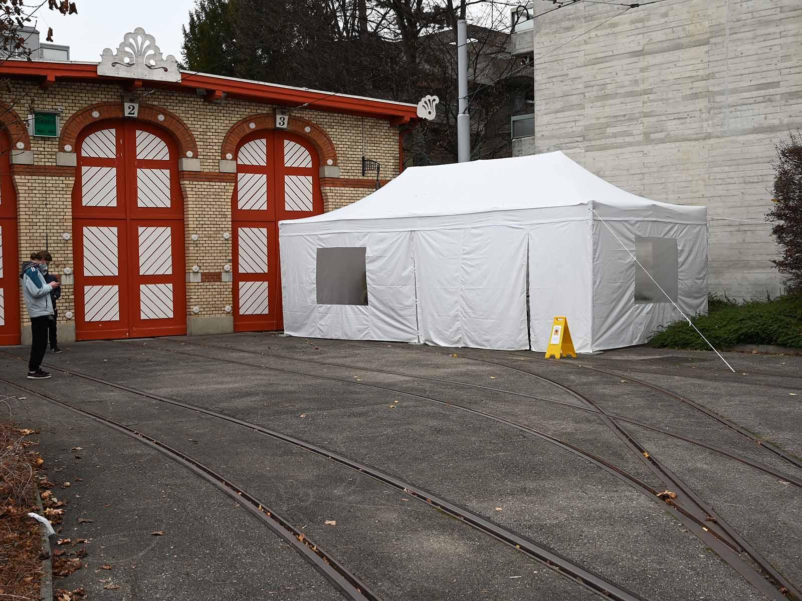 Vor dem Tramdepot Wartau wurde ein Zelt für die Schnelltests aufgebaut.