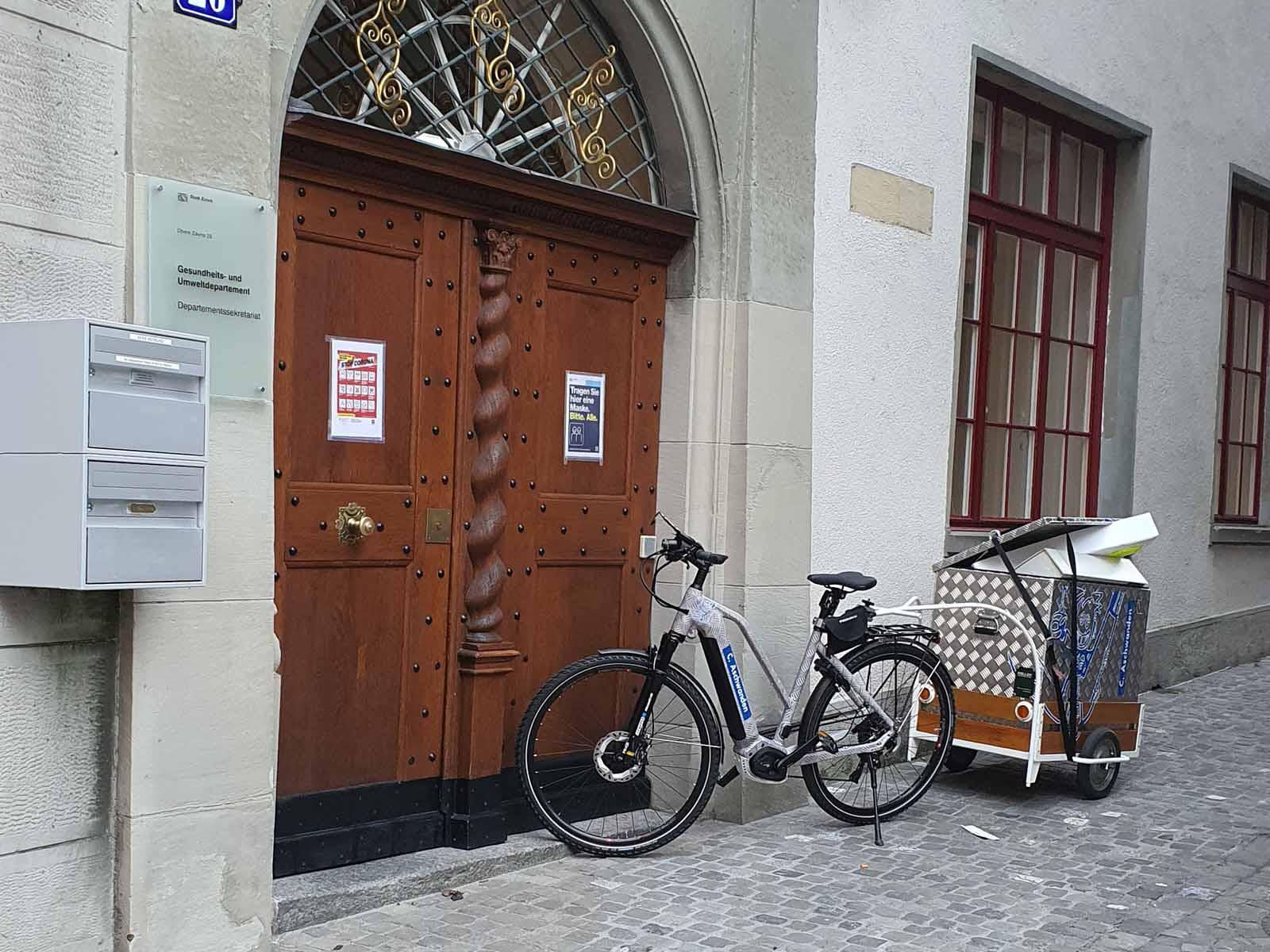 Mit E-Bike und dem guten alten Anhänger profitiert Aschwanden nun auch von den neuen Velowegen.