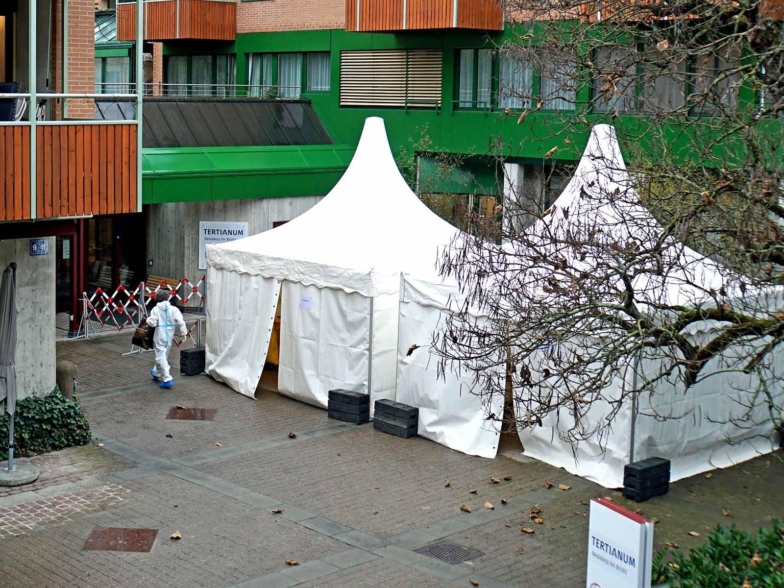 Im Zelt im Innenhof des Tertianums Residenz Im Brühl zieht sich das Pflegepersonal vor dem Arbeitseinsatz um.