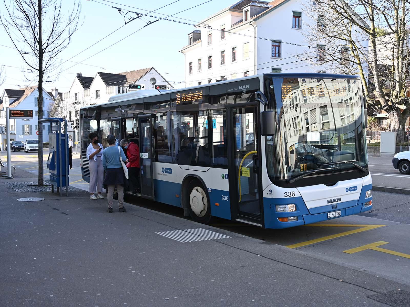 Die Busverbindung zwischen Stadtspital Waid und Friedhof Hönggerberg ist vor allem für ältere Anwohner*innen, die an den Hangstrassen leben, wichtig.