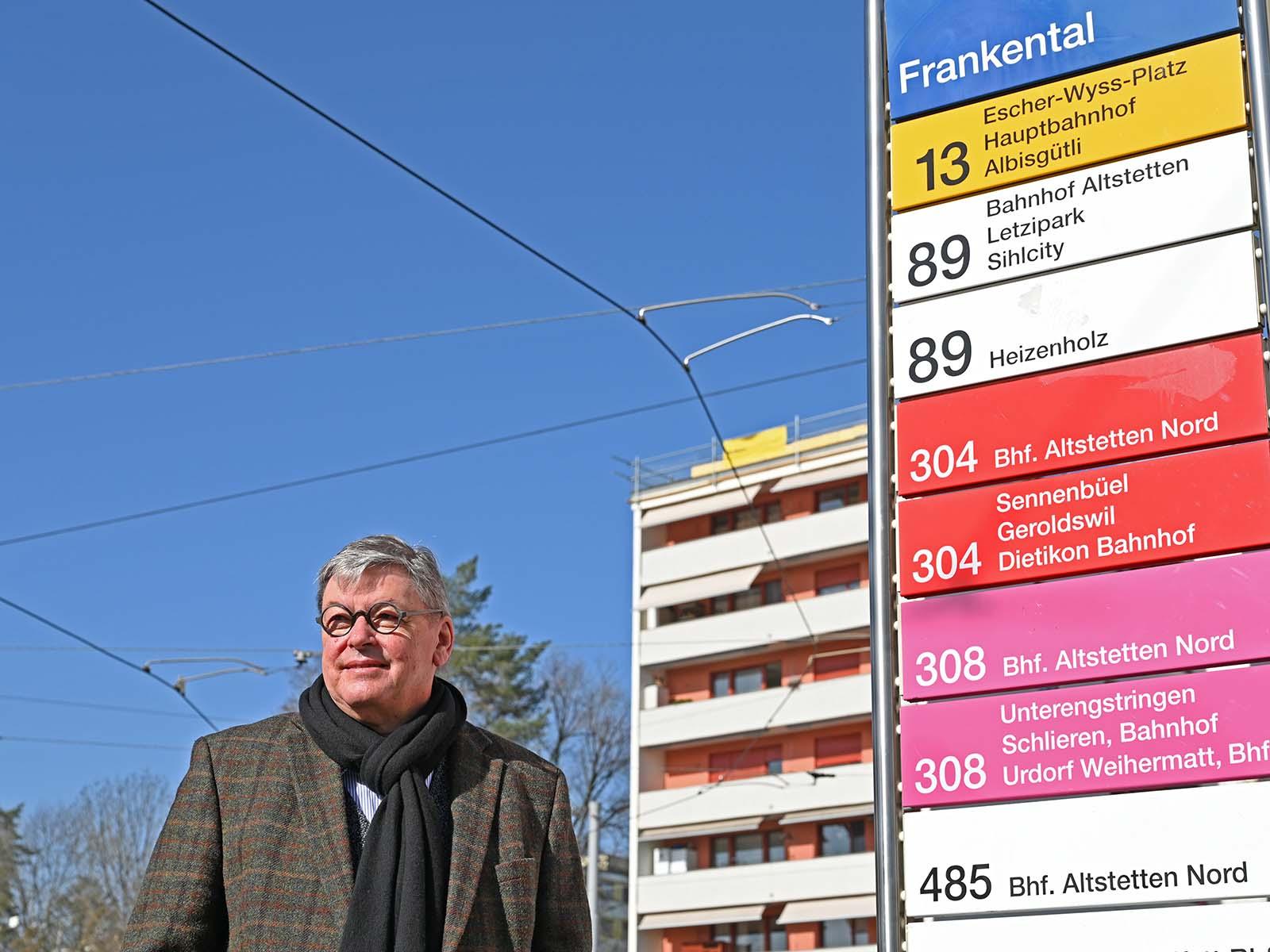 Gerd Folkers an der Endhaltestelle der Tramlinie 13 im Frankental, wo er auch zuhause ist.