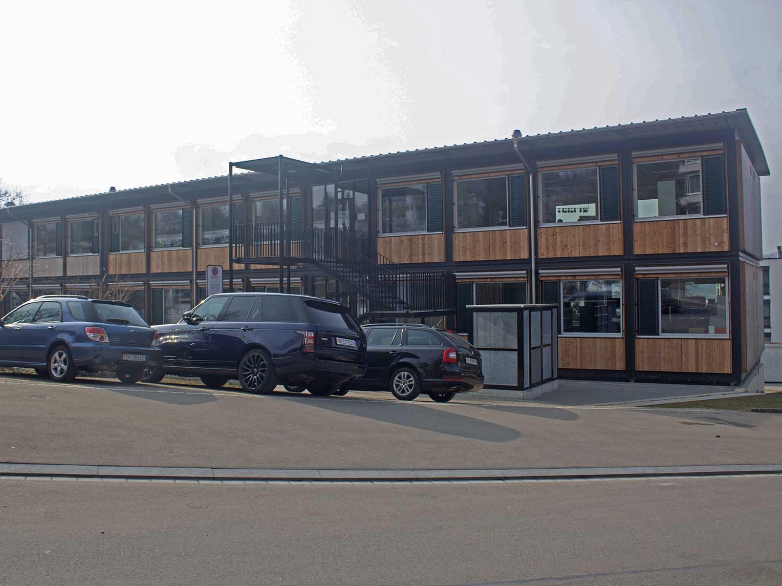 Pavillons wie dieser beim Schulhaus Riedhof kommen bei kurz- und mittelfristigen Engpässen zum Einsatz. Auf städtischen Schulanlagen stehen zurzeit insgesamt 76 dieser Provisorien.