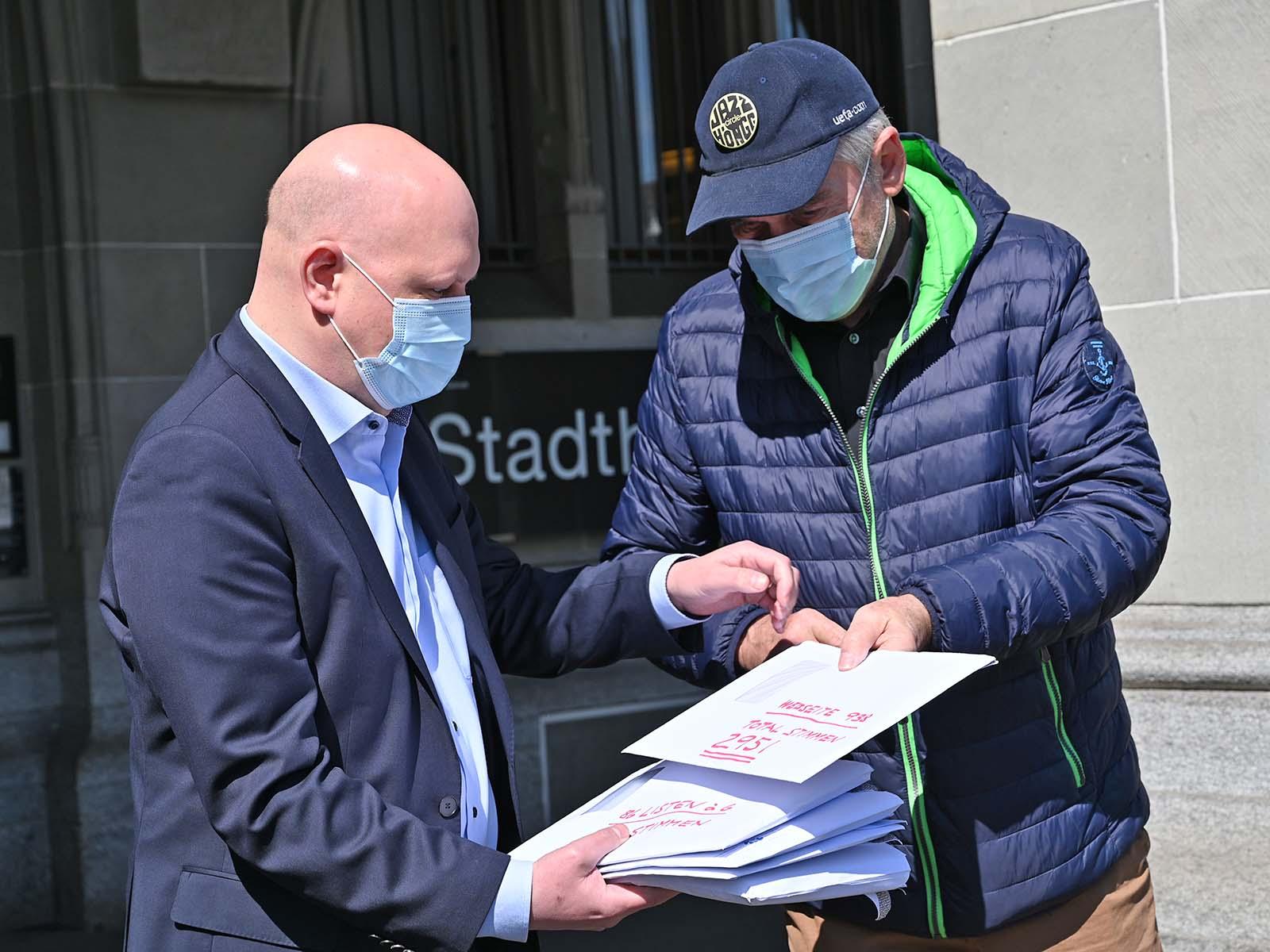 Petitionär Miro Steiner übergibt Stadtrat Baumer das erste Couvert mit einem Teil der gesammelten Unterschriften.
