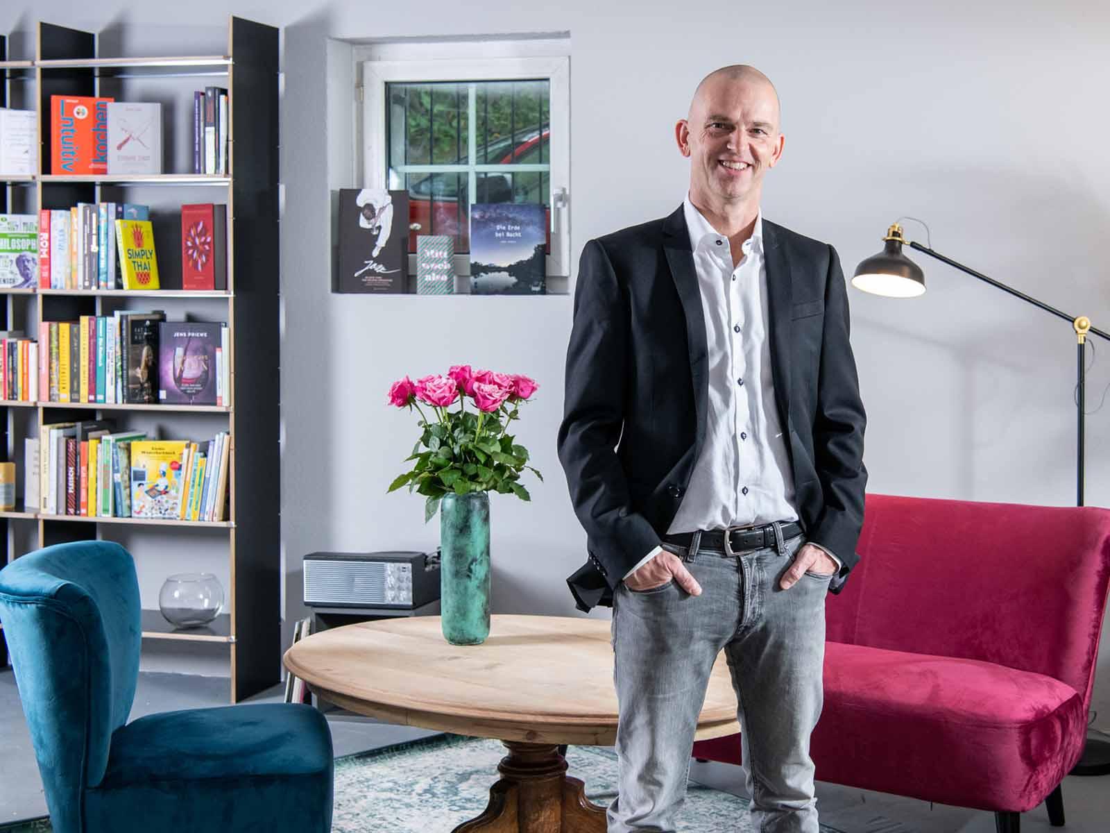 """Andreas Pätzold freut sich über die Nomination seiner Buchhandlung """"Kapitel 10"""" in Höngg."""