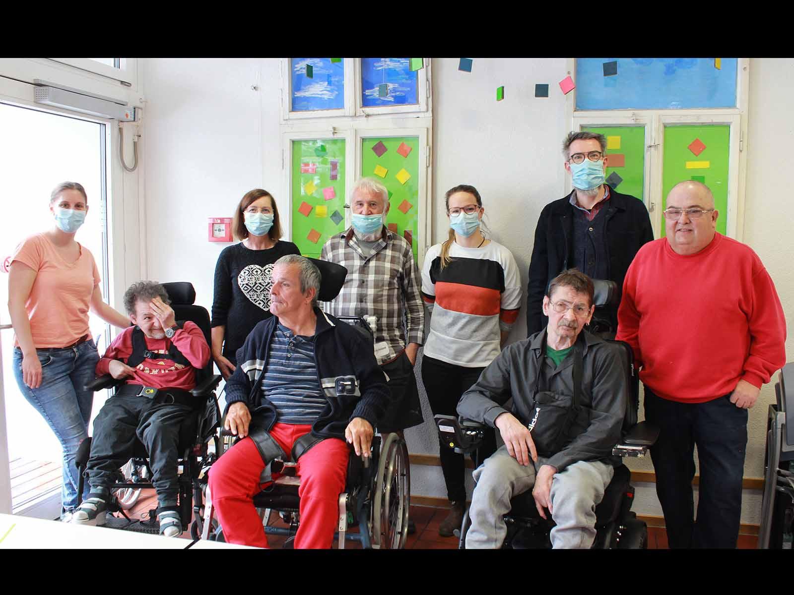 Zur Erinnerung an eine gelungene erste Aktion: Ein Gruppenfoto mit vier freiwilligen Einpackern und Mitarbeiter*innen (mit Maske).