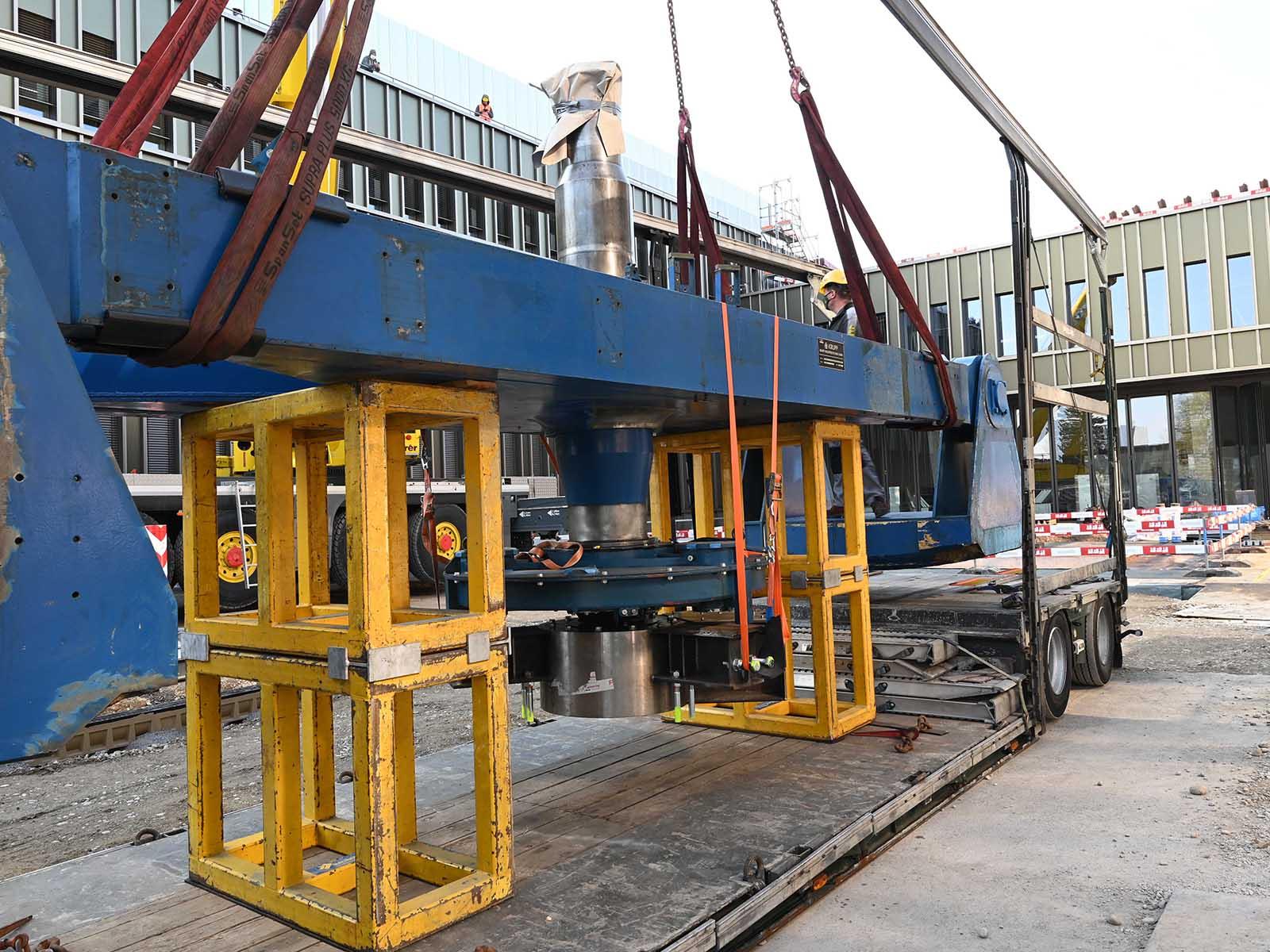 Der Tieflader liefert die 20 Tonnen schwere Zentrifuge an, die nun auf dem ETH-Campus im Boden versenkt wird.