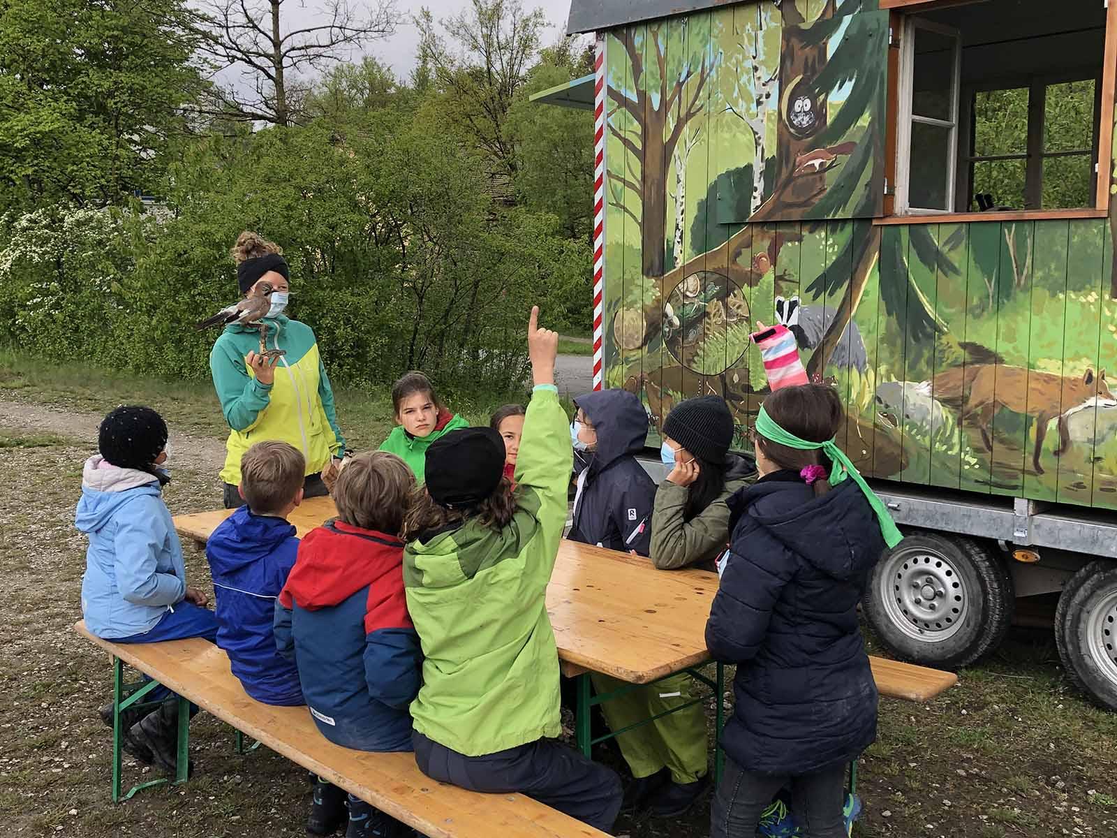 Naturdetektiv*innen bei der Arbeit: gemeinsam mit Nadia vom Verein Grünwerk wird die Vogelwelt erforscht.