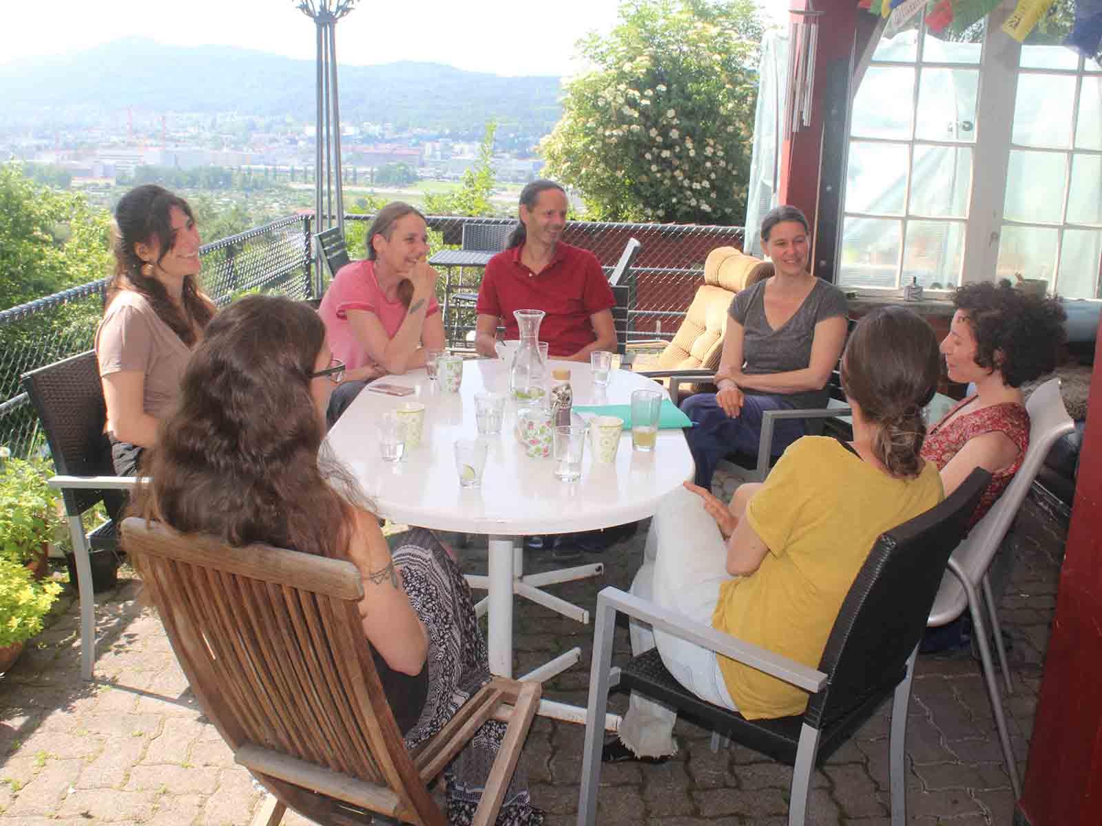 Geniessen die Aussicht und das Beisammensein: 7 der 18 Bewohner*innen des Jupiterhauses im Gespräch mit dem «Höngger».