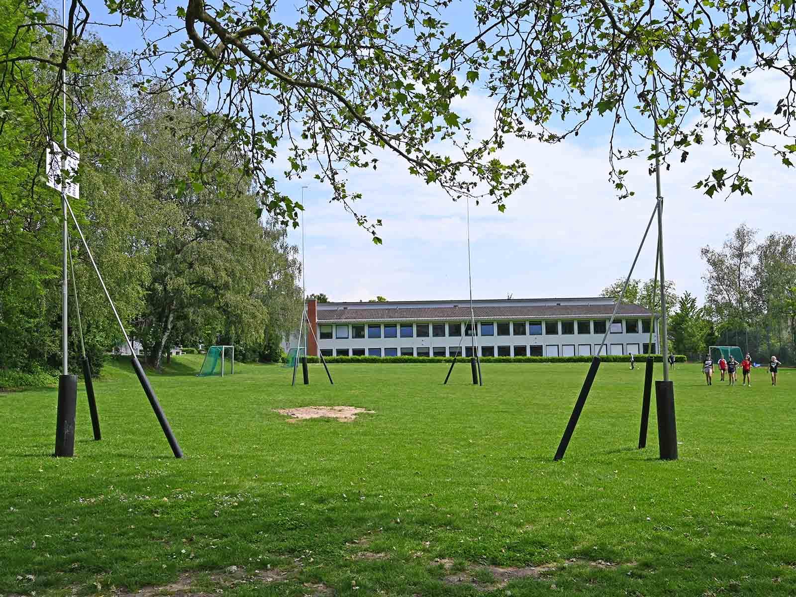 Der erste von zwei ZM-Pavillons ist auf der Spielwiese beim Schulhaus Lachenzelg ausgesteckt.