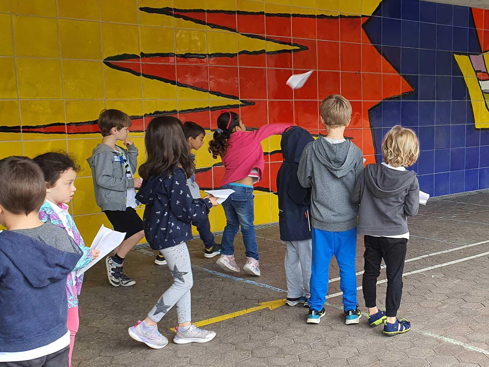 Endlich durften sich die Bläsi-Schüler*Innen wieder in den olympischen Disziplinen wie Papierflieger-Weitflug messen.
