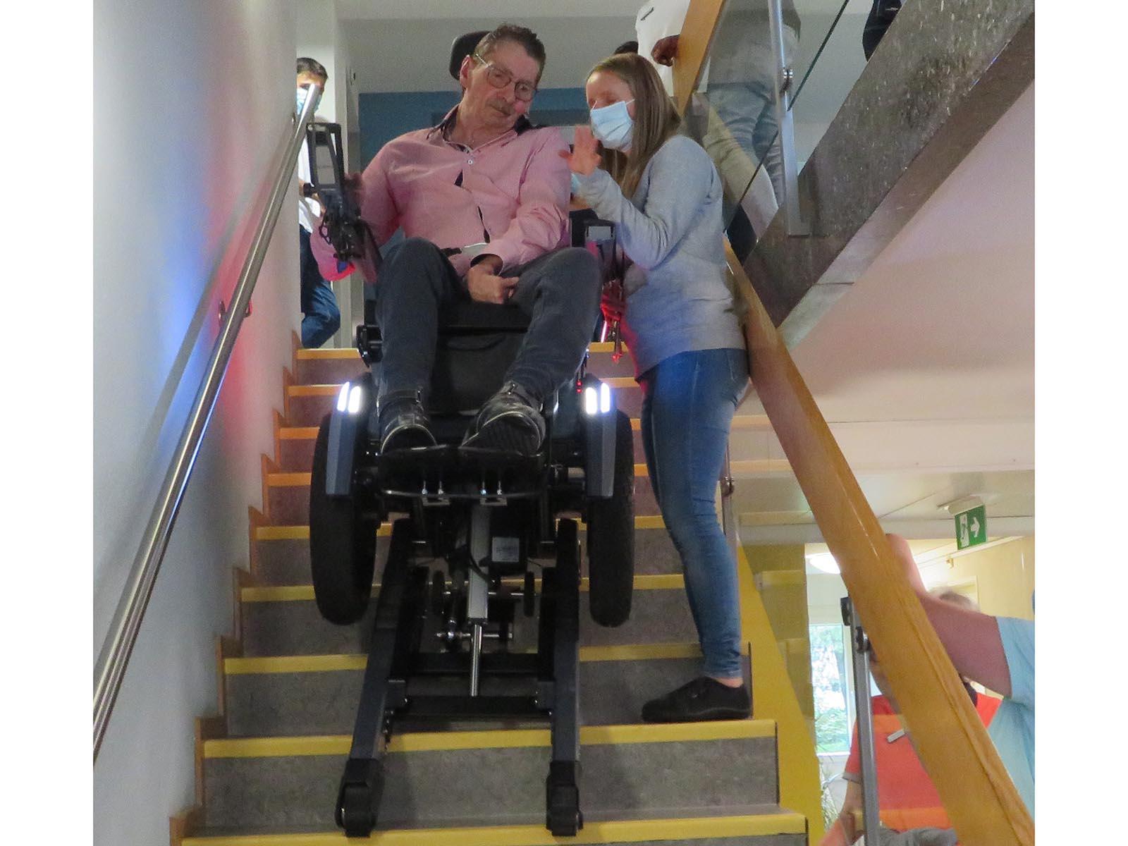 René Baur mit Maike Neubauer auf der Treppe.