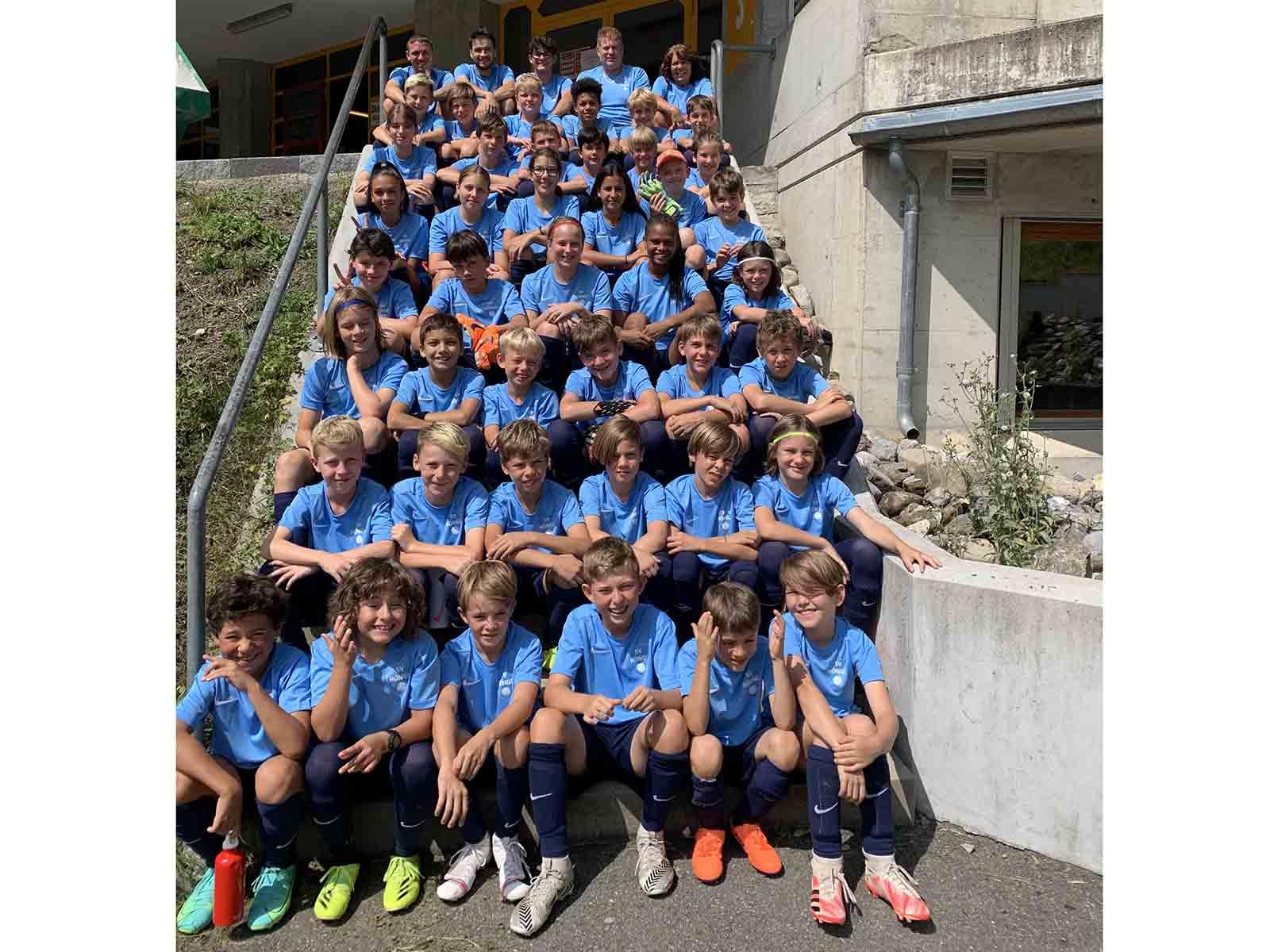 Kein Sommerlager ohne legendäres Gruppenfoto: Die Junior*innen des SVH in Lenk.