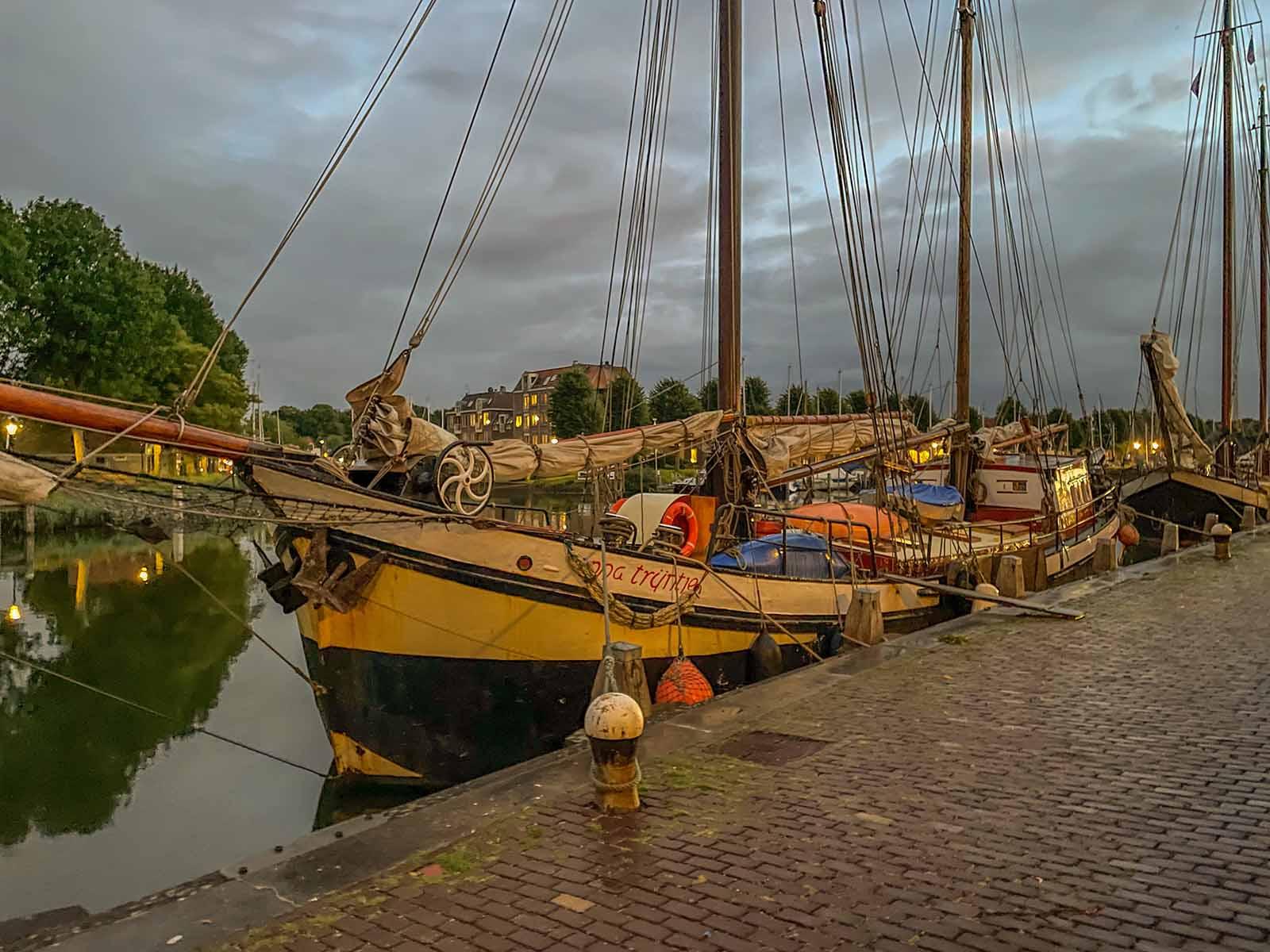 Das Schiff Anna Trijntje erholt sich im Hafen von Medemblik.