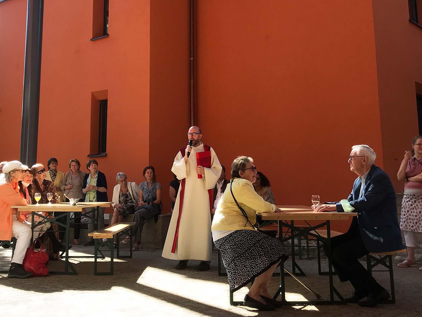 Pfarrer Marcel von Holzen weiht die neue Glasüberdachung im Rahmen eines Apéros ein.